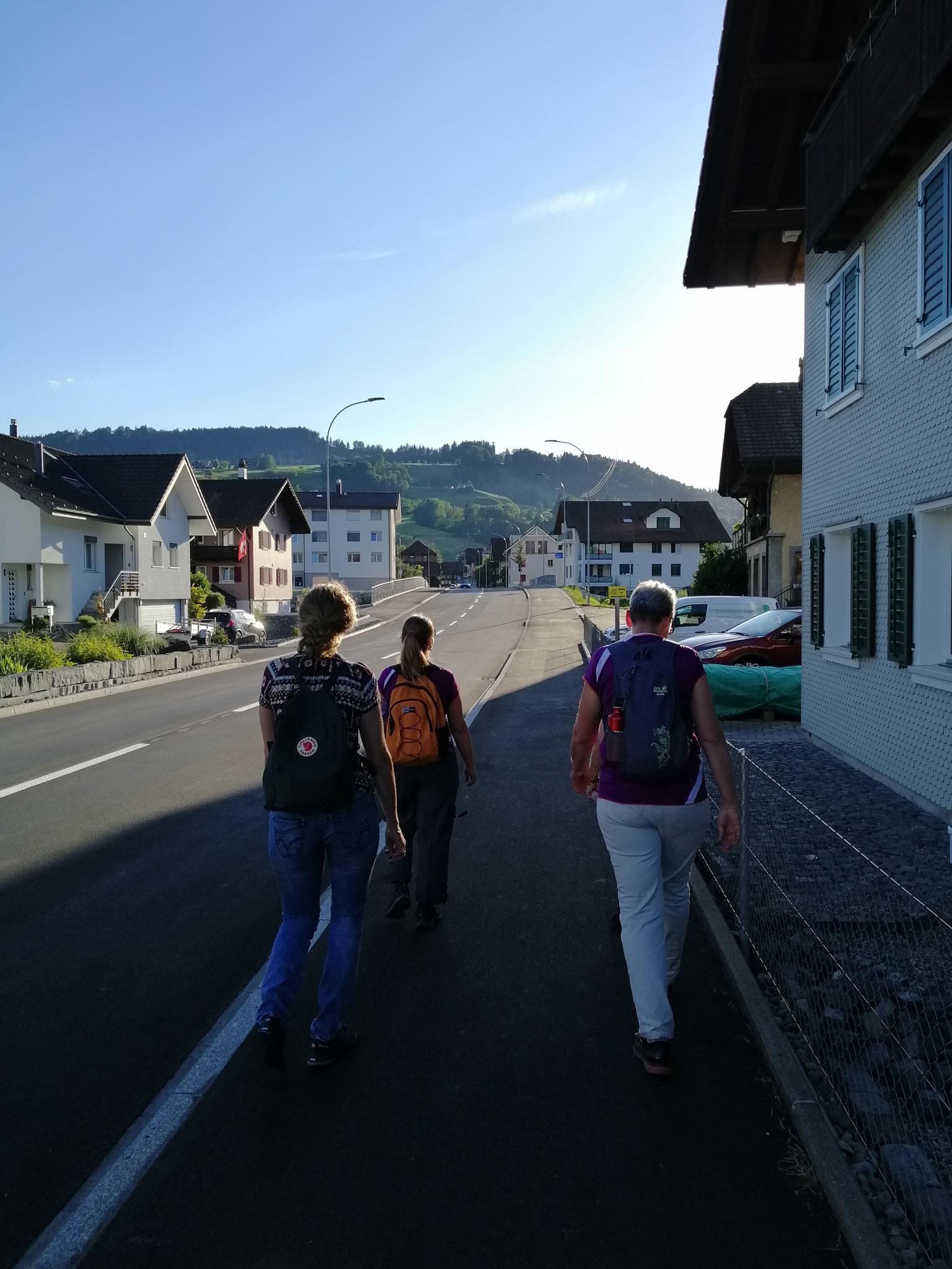 Mit einer Schnitzeljagt im Dorf starteten wir unseren Sommerabschluss