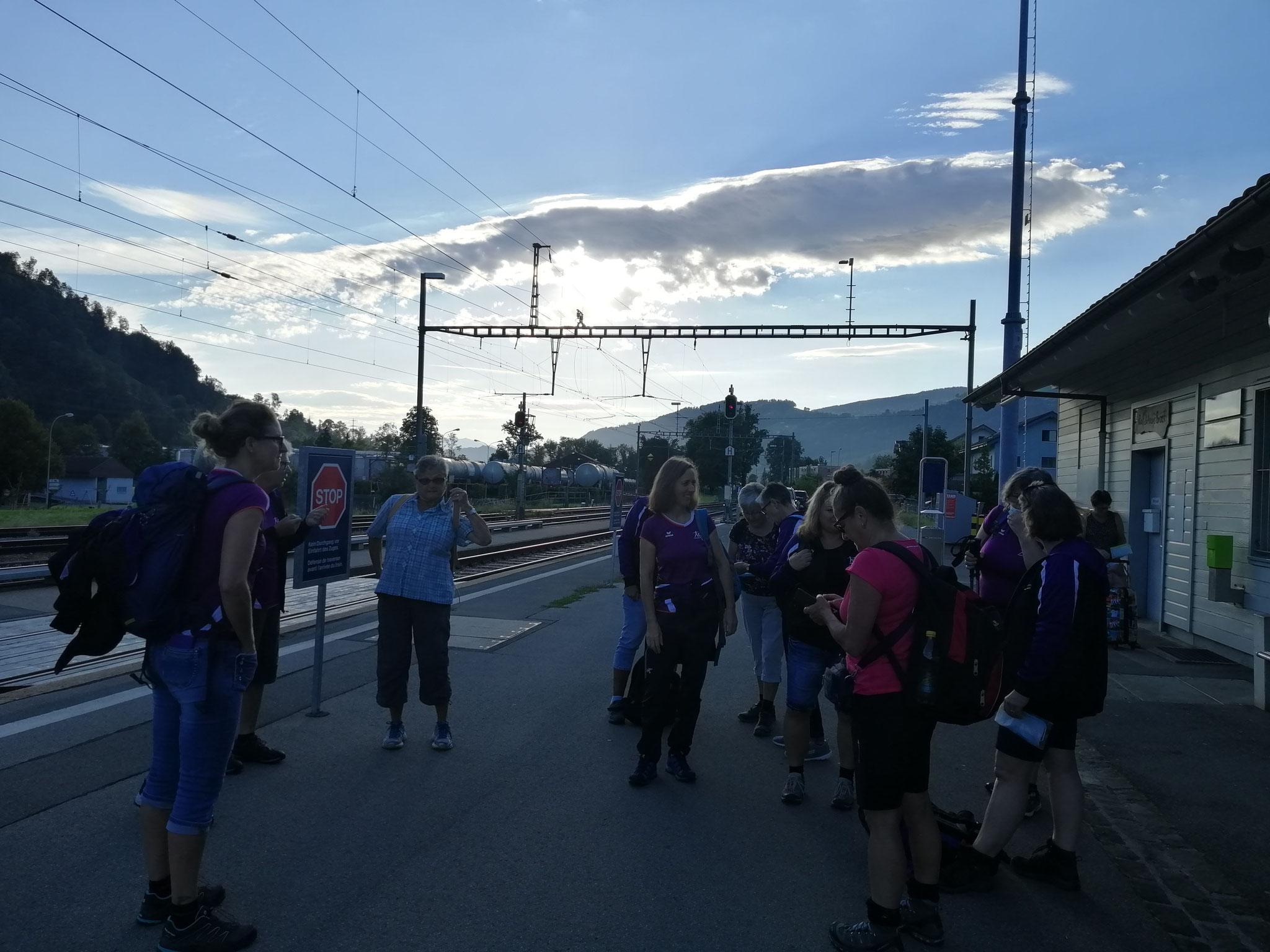 Am Morgen bei wunderschönem Wetter haben wir ins am Bahnhof besammelt.
