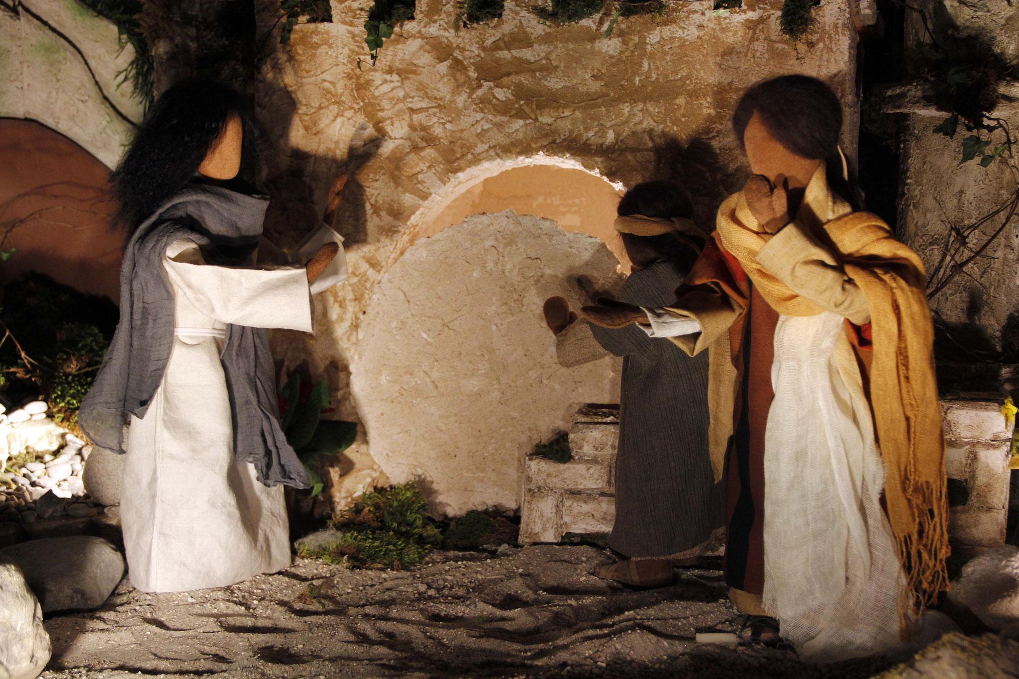 Jesus ging zum Grab. Es war eine Höhle, die mit einem Stein verschlossen war. Jesus sagte: Nehmt den Stein weg! Marta, die Schwester des Verstorbenen, entgegnete ihm: Herr, er riecht aber schon, denn es ist bereits der vierte Tag.
