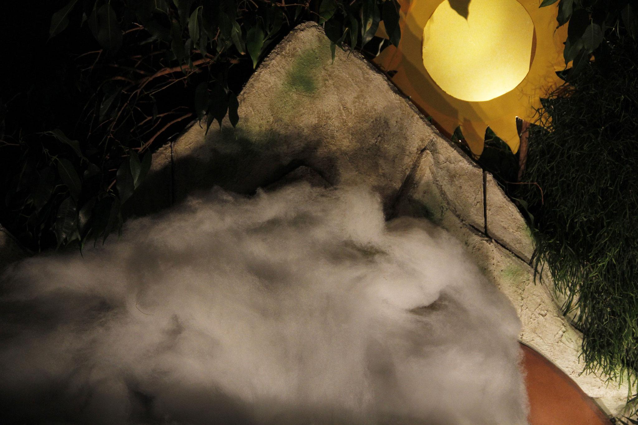 Noch während er redete, warf eine leuchtende Wolke ihren Schatten auf sie, und aus der Wolke rief eine Stimme: Das ist mein geliebter Sohn, an dem ich Gefallen gefunden habe; auf ihn sollt ihr hören.