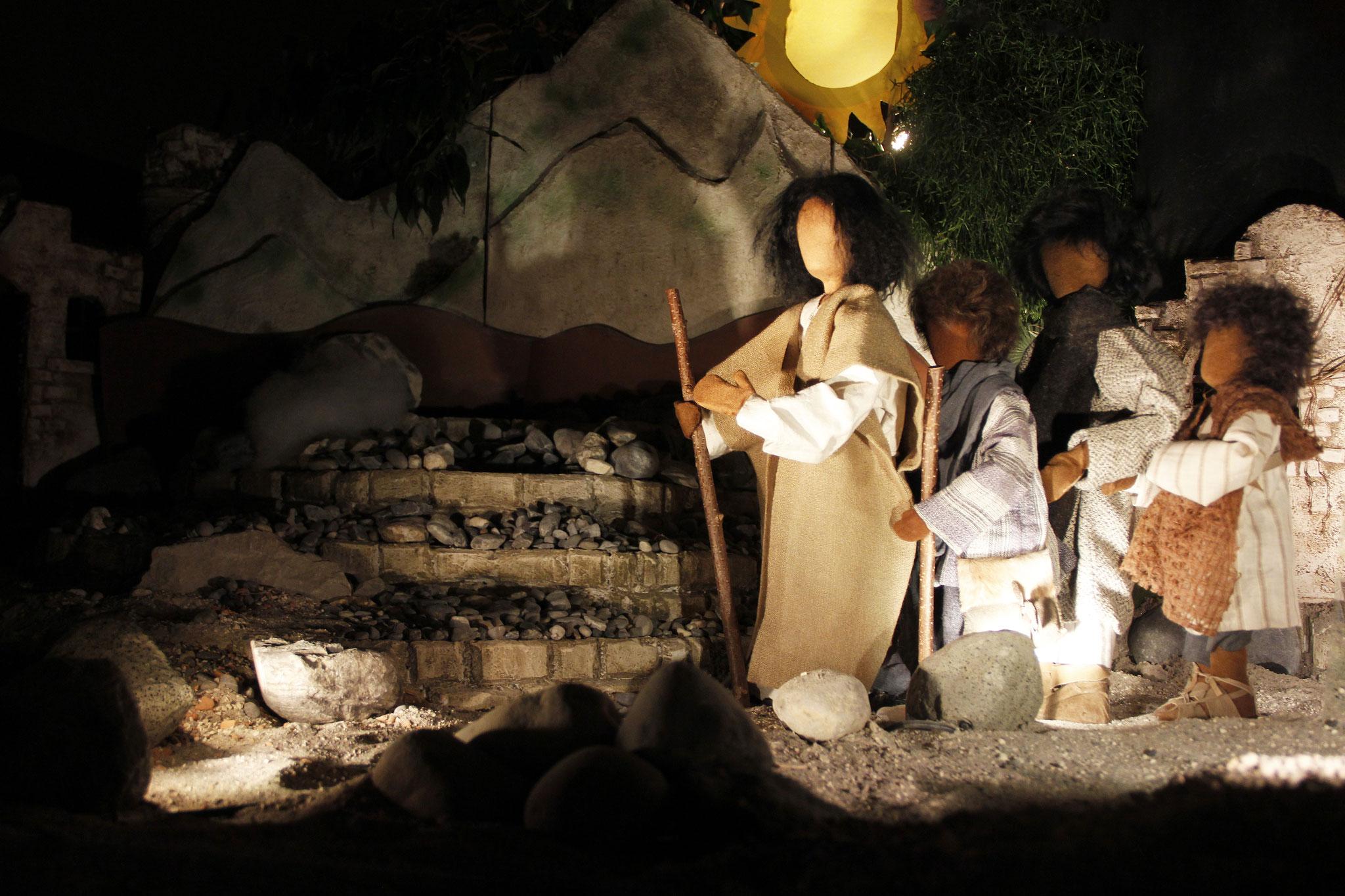 In jener Zeit nahm Jesus Petrus, Jakobus und dessen Bruder Johannes beiseite und führte sie auf einen hohen Berg.
