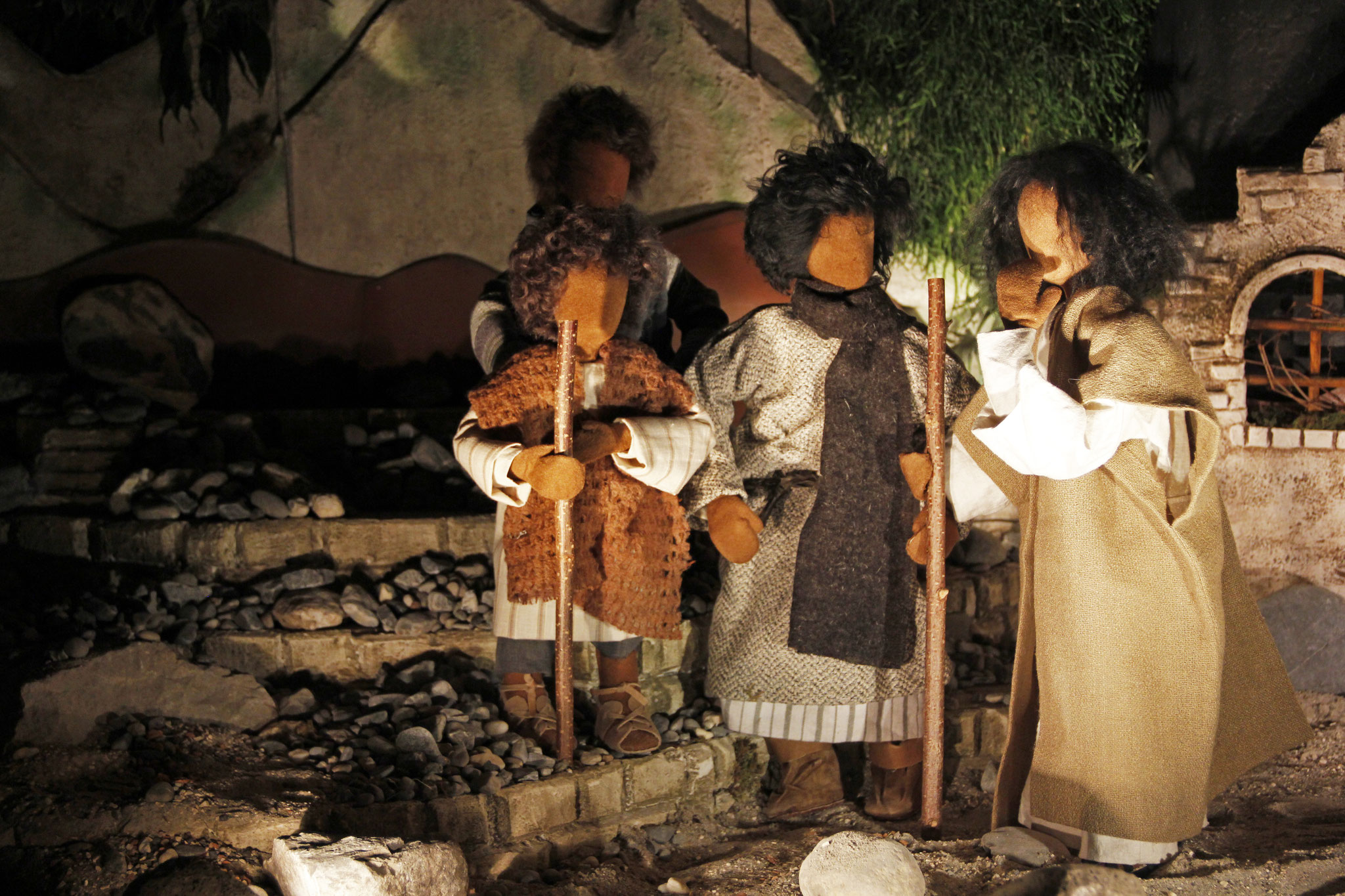 Während sie den Berg hinabstiegen, gebot ihnen Jesus: Erzählt niemand von dem, was ihr gesehen habt, bis der Menschensohn von den Toten auferstanden ist.