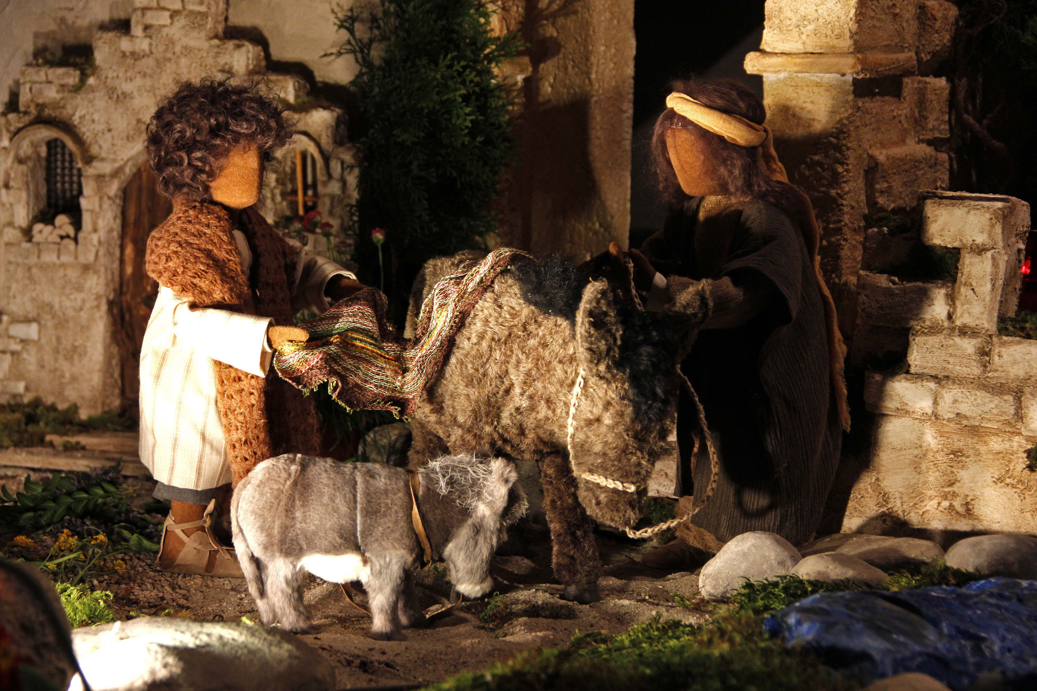 Die Jünger gingen und taten, was Jesus ihnen aufgetragen hatte. Sie brachten die Eselin und das Fohlen, legten ihre Kleider auf sie, und er setzte sich darauf.