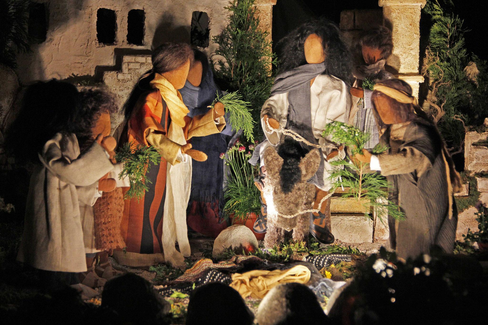 Die Leute aber, die vor ihm hergingen und die ihm folgten, riefen: Hosanna dem Sohn Davids! Gesegnet sei er, der kommt im Namen des Herrn. Hosanna in der Höhe!