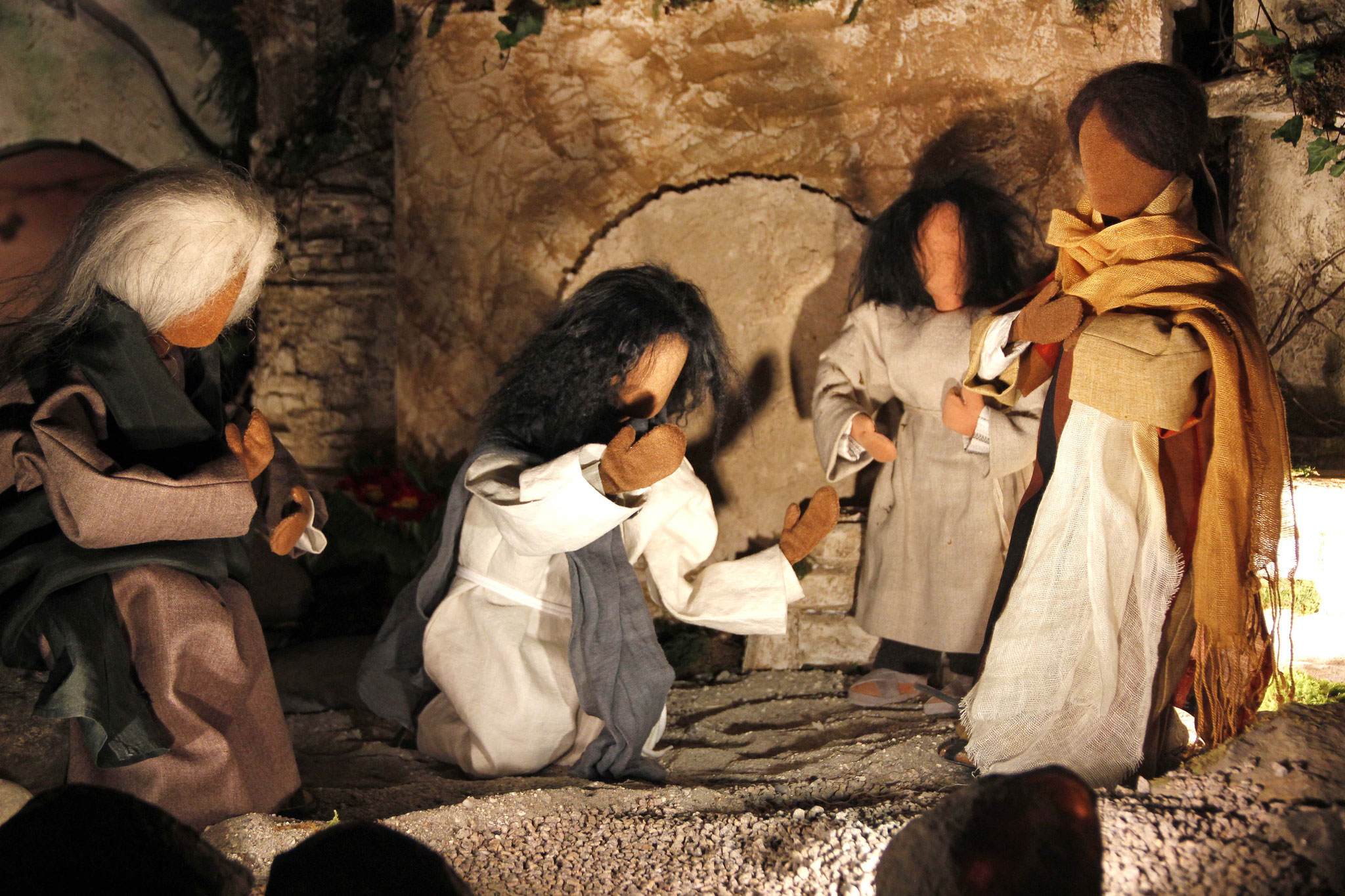 Jesus war im Innersten erregt und erschüttert. Er sagte: Wo habt ihr ihn bestattet? Sie antworteten ihm: Herr, komm und sieh! Da weinte Jesus. Die Juden sagten: Seht, wie lieb er ihn hatte!