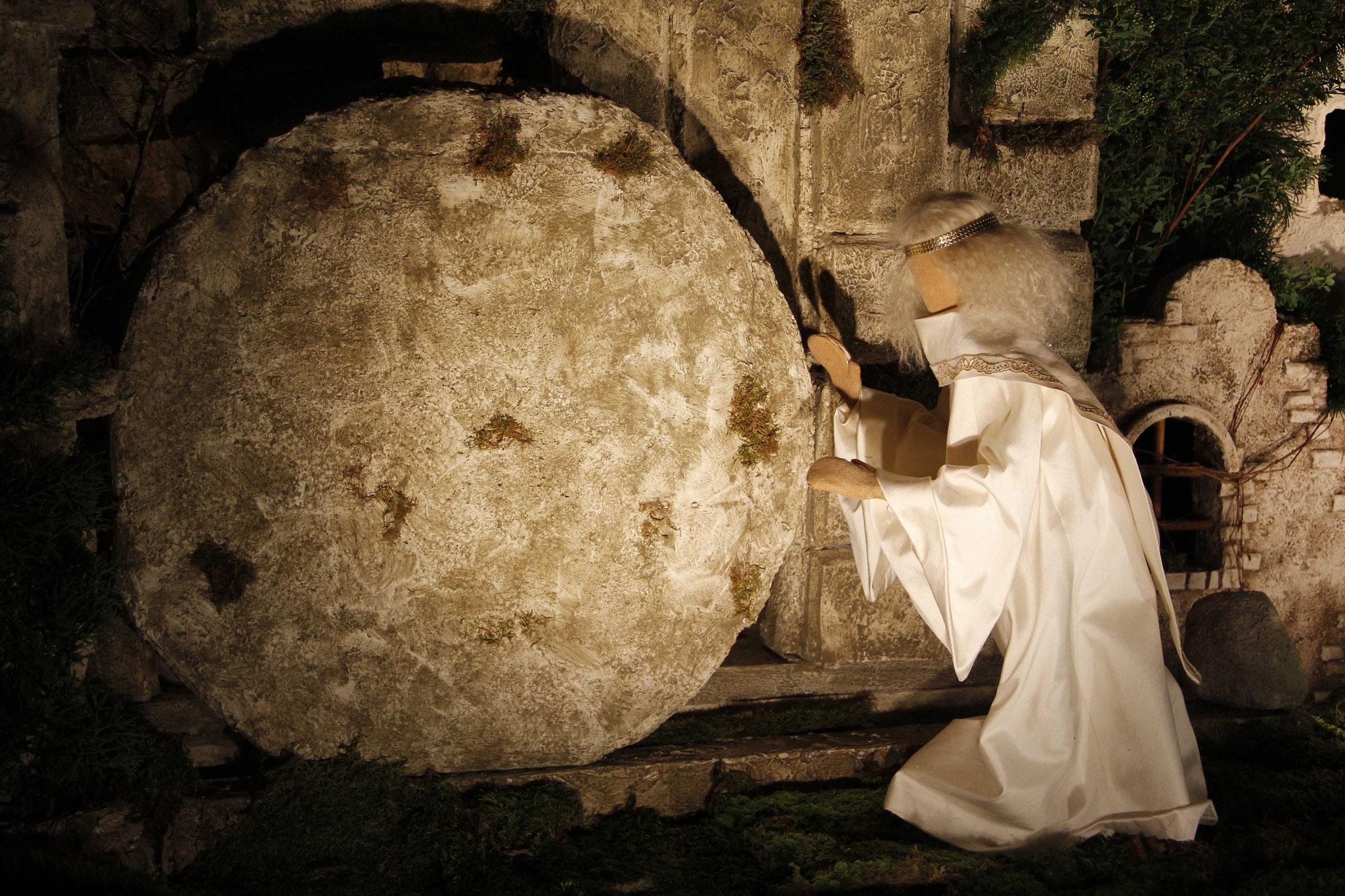 Plötzlich entstand ein gewaltiges Erdbeben; denn ein Engel des Herrn kam vom Himmel herab, trat an das Grab, wälzte den Stein weg und setzte sich darauf.