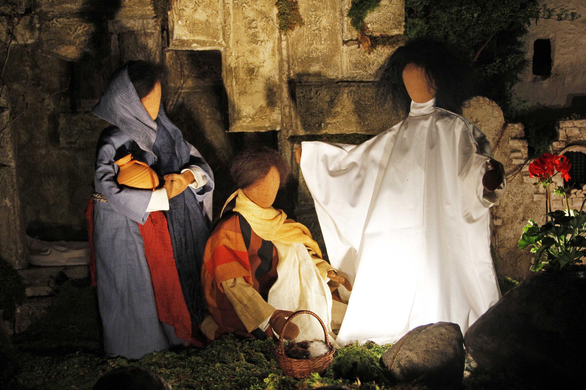 Plötzlich kam ihnen Jesus entgegen und sagte: Seid gegrüßt! Sie gingen auf ihn zu, warfen sich vor ihm nieder und umfassten seine Füsse.