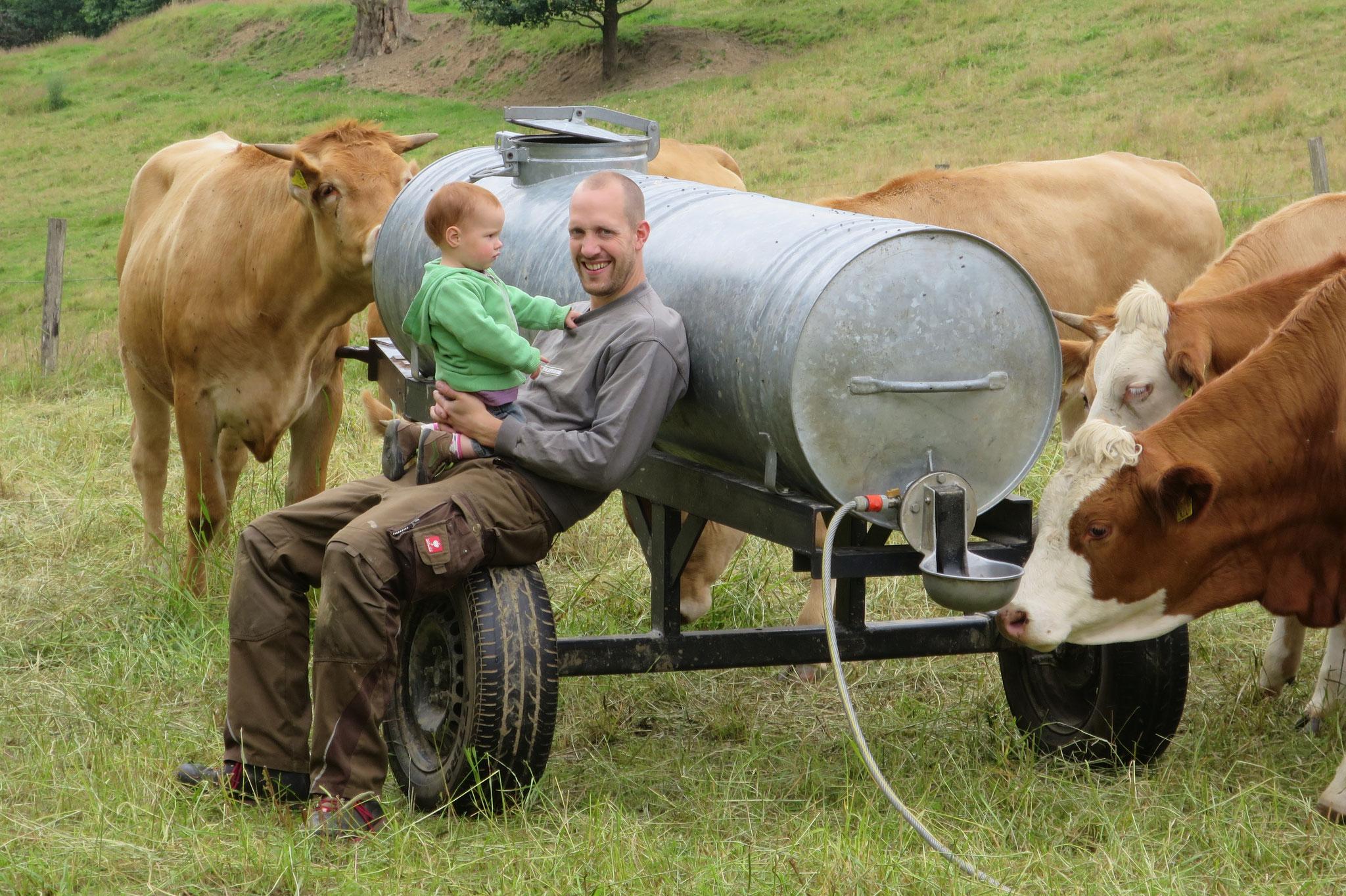 Juli - Kai und Emma versorgen die Rinder mit frischem Wasser.
