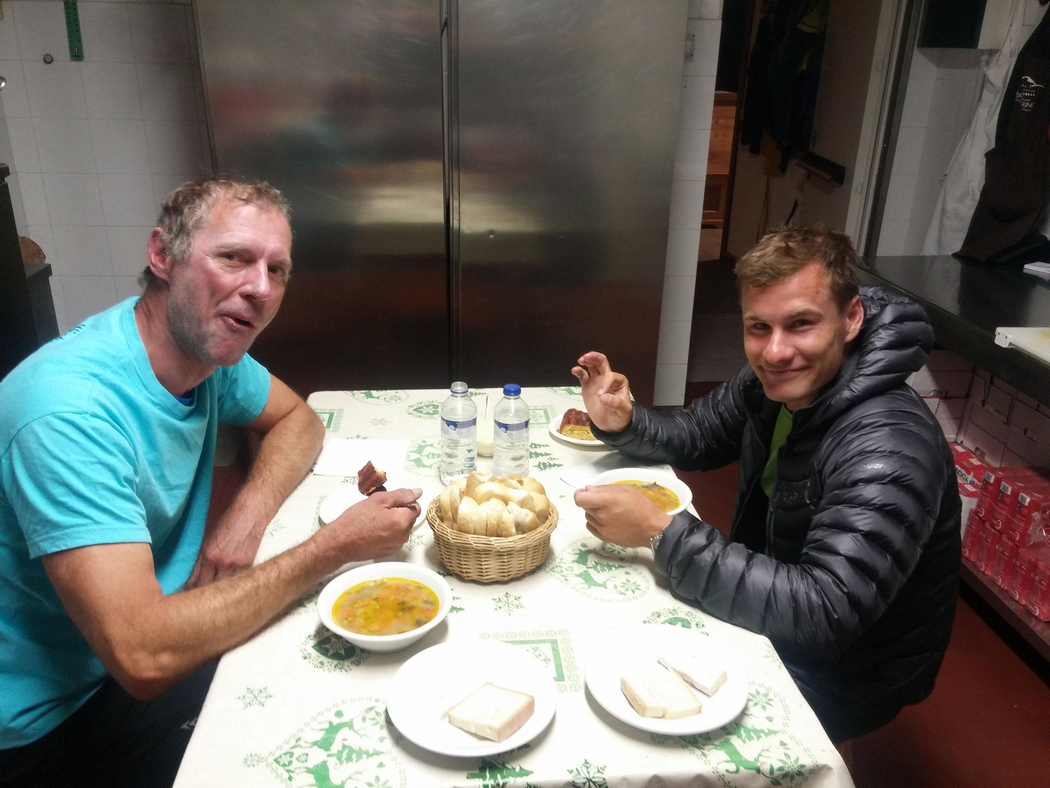Stärkendes Abendessen in der Hütte