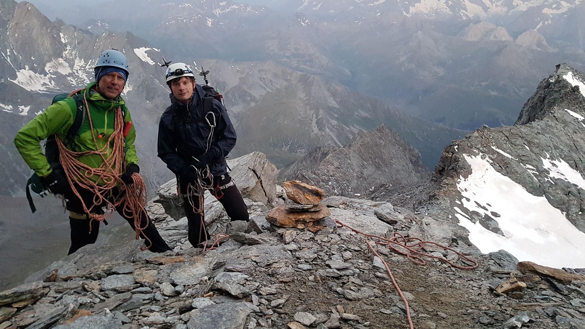Auf dem richtigen Weg: Immer wieder sind kleine Steinmännchen die einzige Markierung in der Felswüste am Meitin-Grat