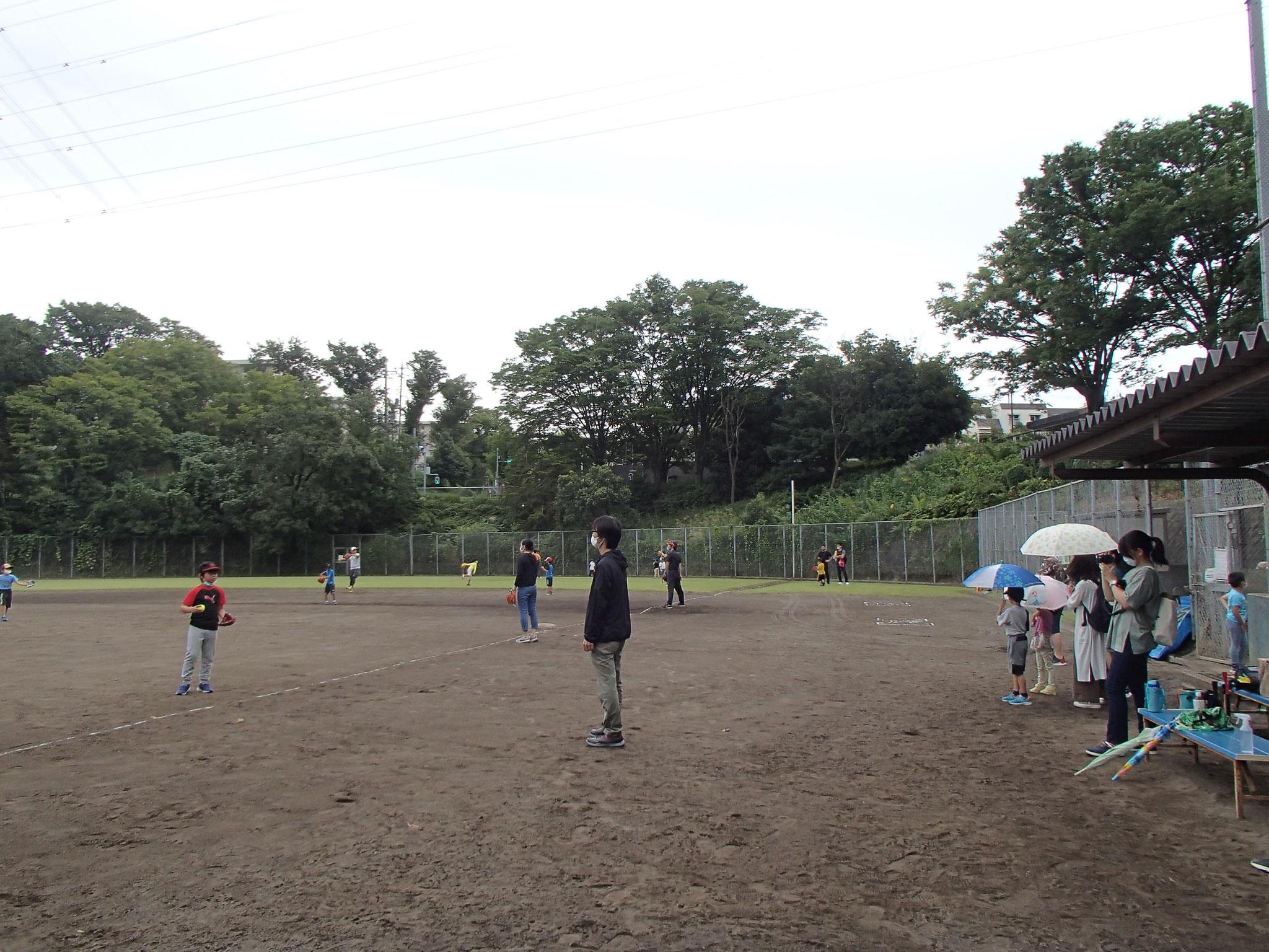 イベント開始前は保護者の方と一緒に、キャッチボールをして肩ならしです★