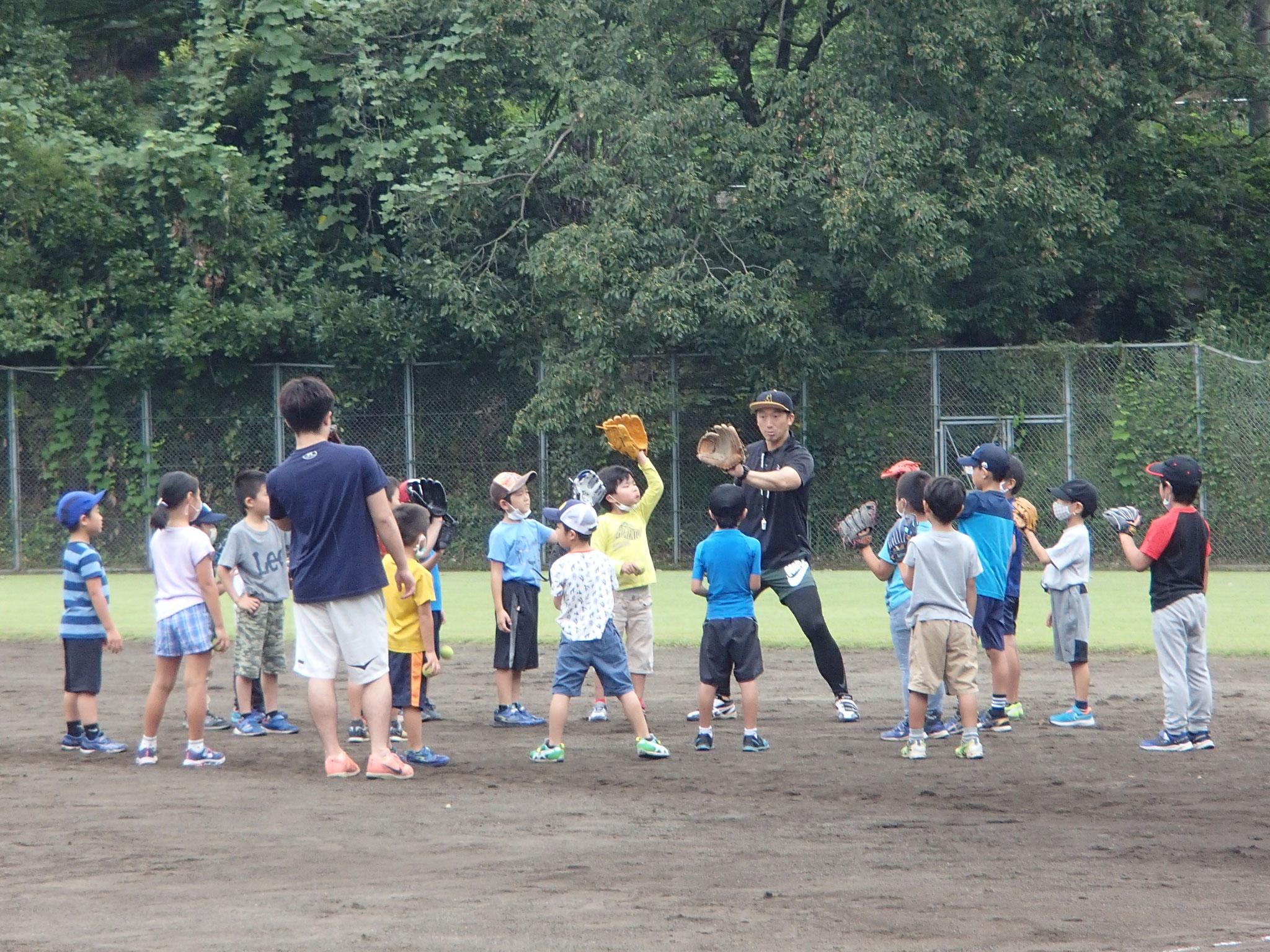 グローブでボールをキャッチする方法を学びました!