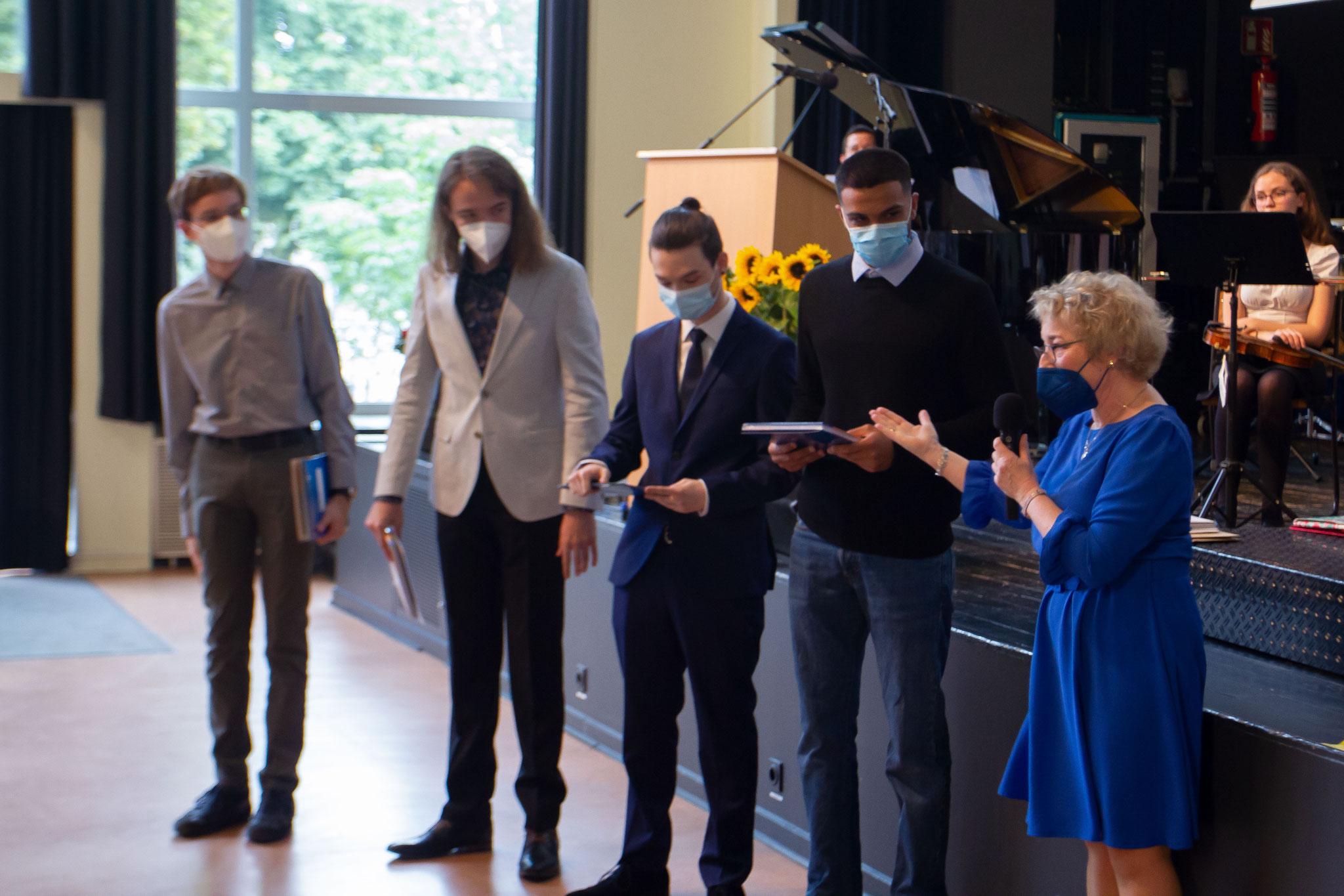 Abitur 2021 – v.l.: Schüler Patrick Wetzel, Tobias Struk, Björn Eichler und Alhamza Aljasem.