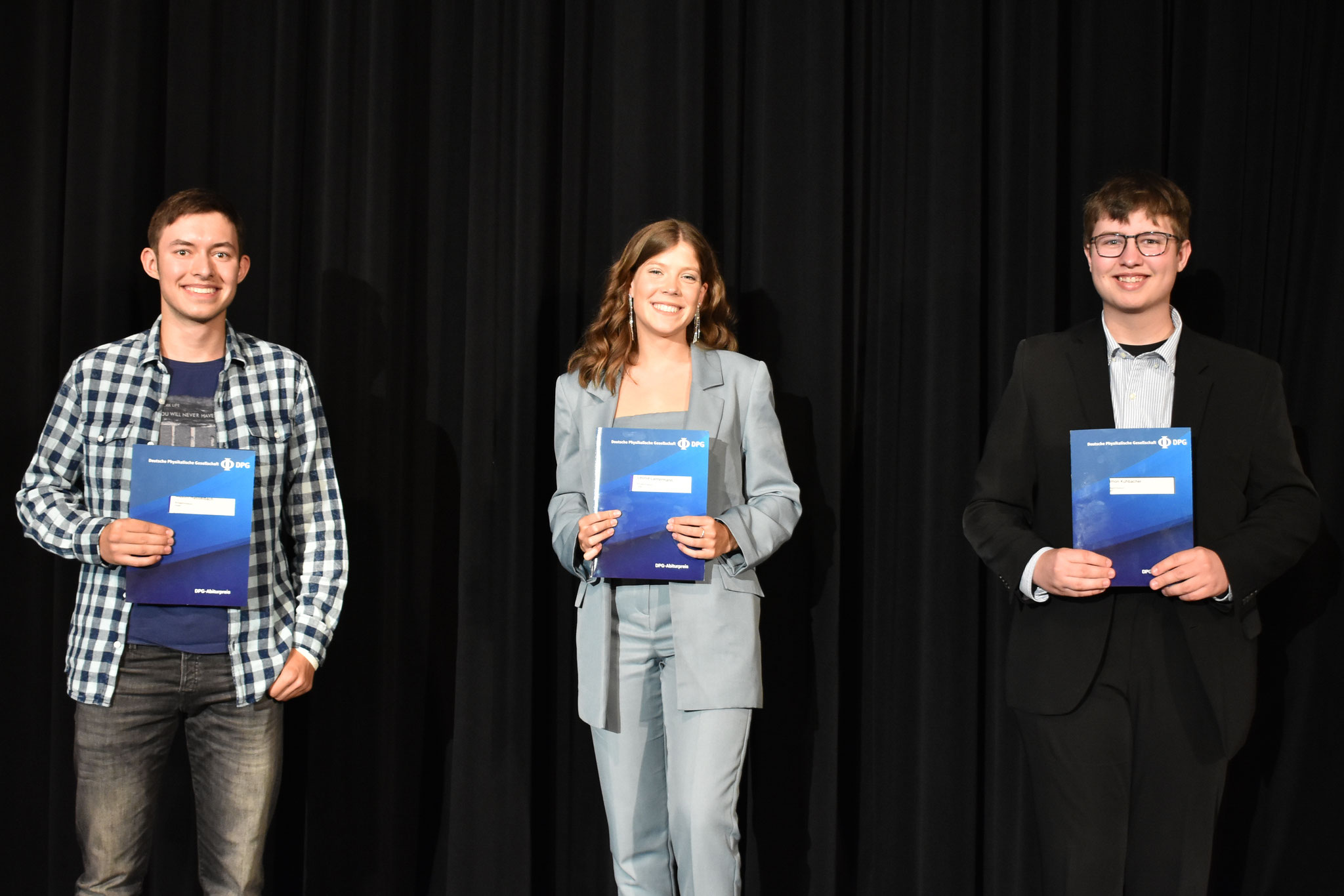 Abitur 2020 – v.l.: Maxim Hasselbach, Leonie Lantermann, Simon Kühbacher alle LK.