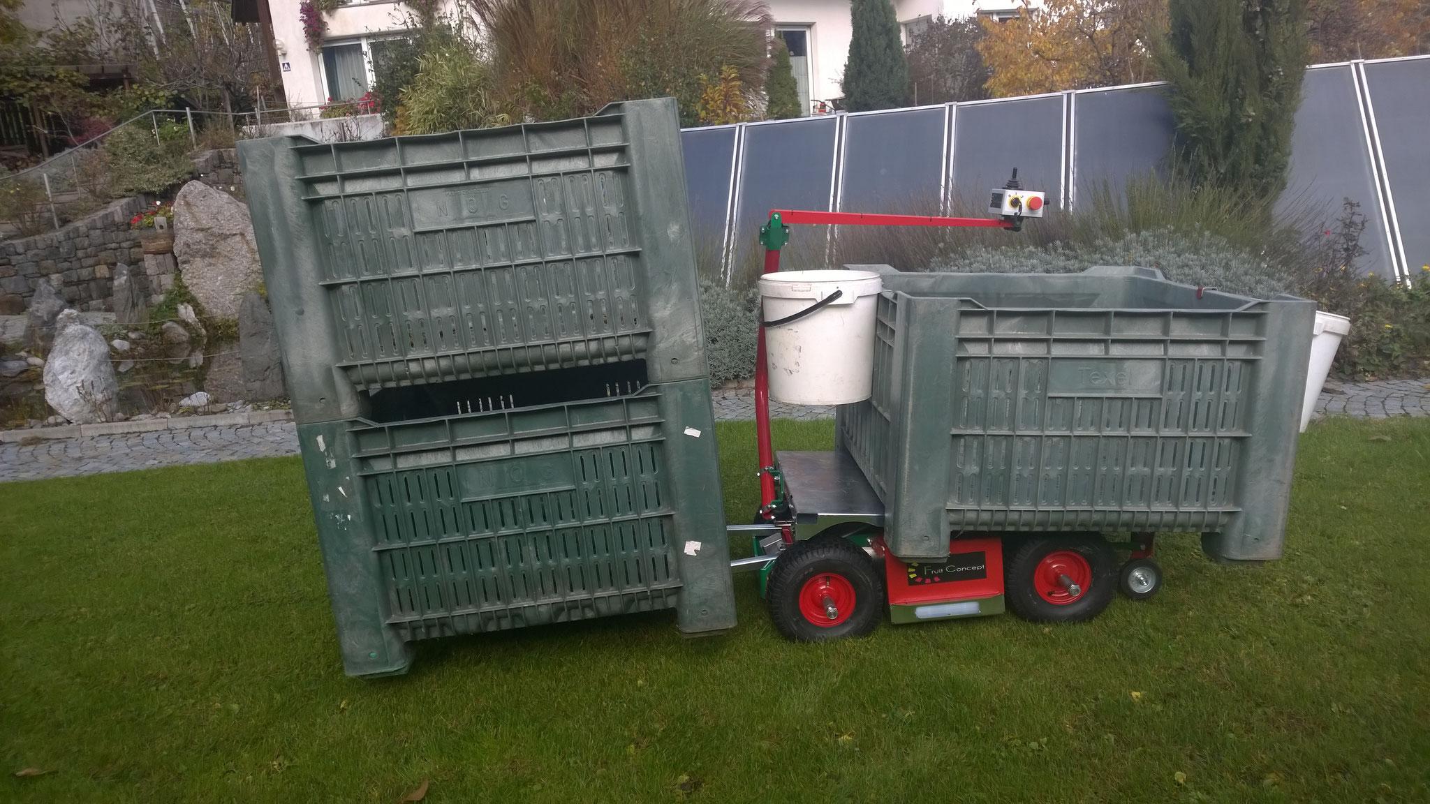 Die Erntemaschine mit 2 Leergutkisten