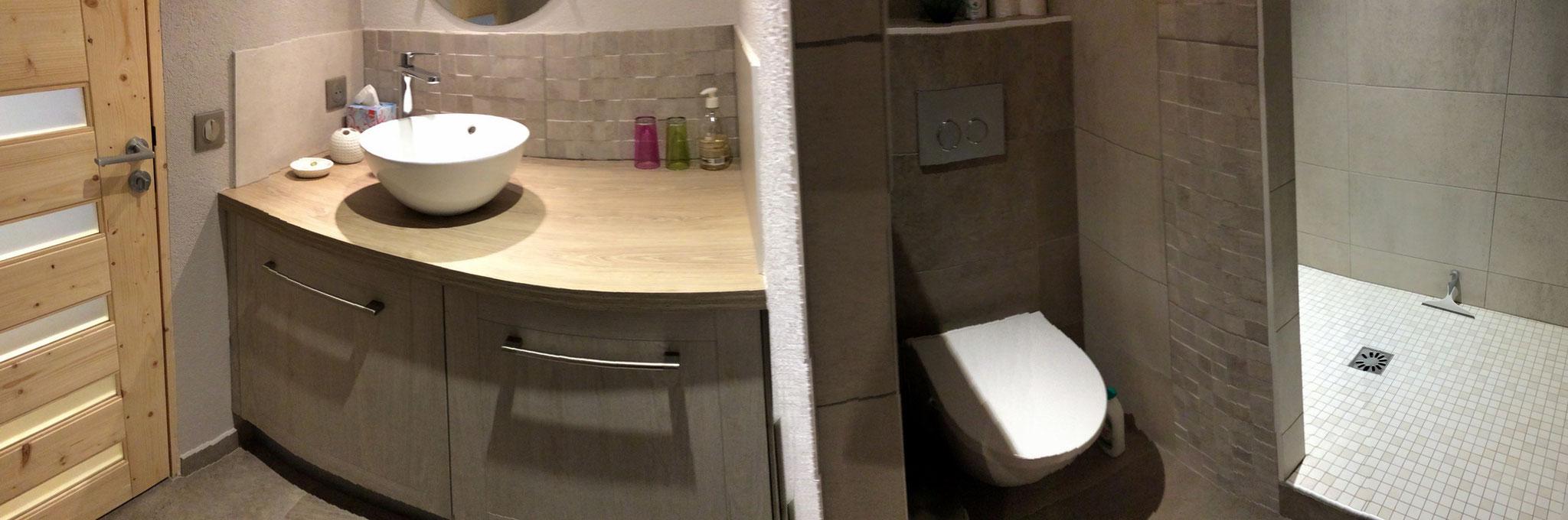 Appréciez la grande douche à l'italienne (80 x 140 cm)