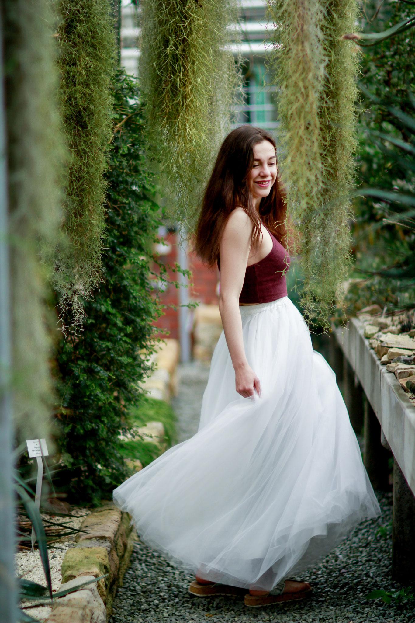 Portraitshooting mit Thea| Tüllrock, botanischer Garten, lächelnde Frau, glücklich