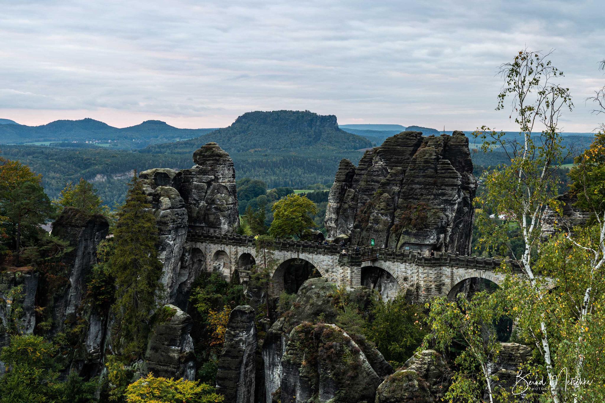 Bastei & Basteibrücke: Wahrzeichen der Sächsischen Schweiz, im Hintergrund: Lilienstein