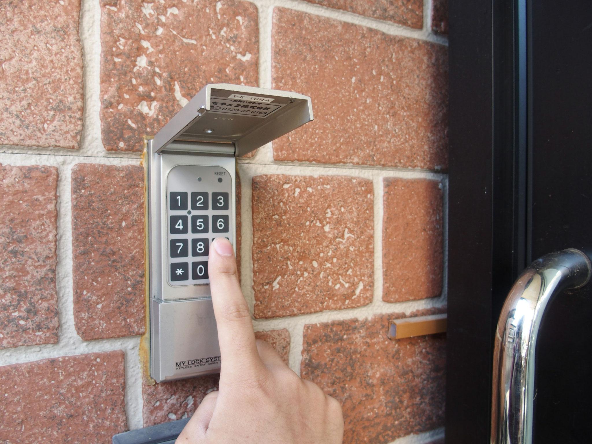 玄関にはナンバーロック付きで安心