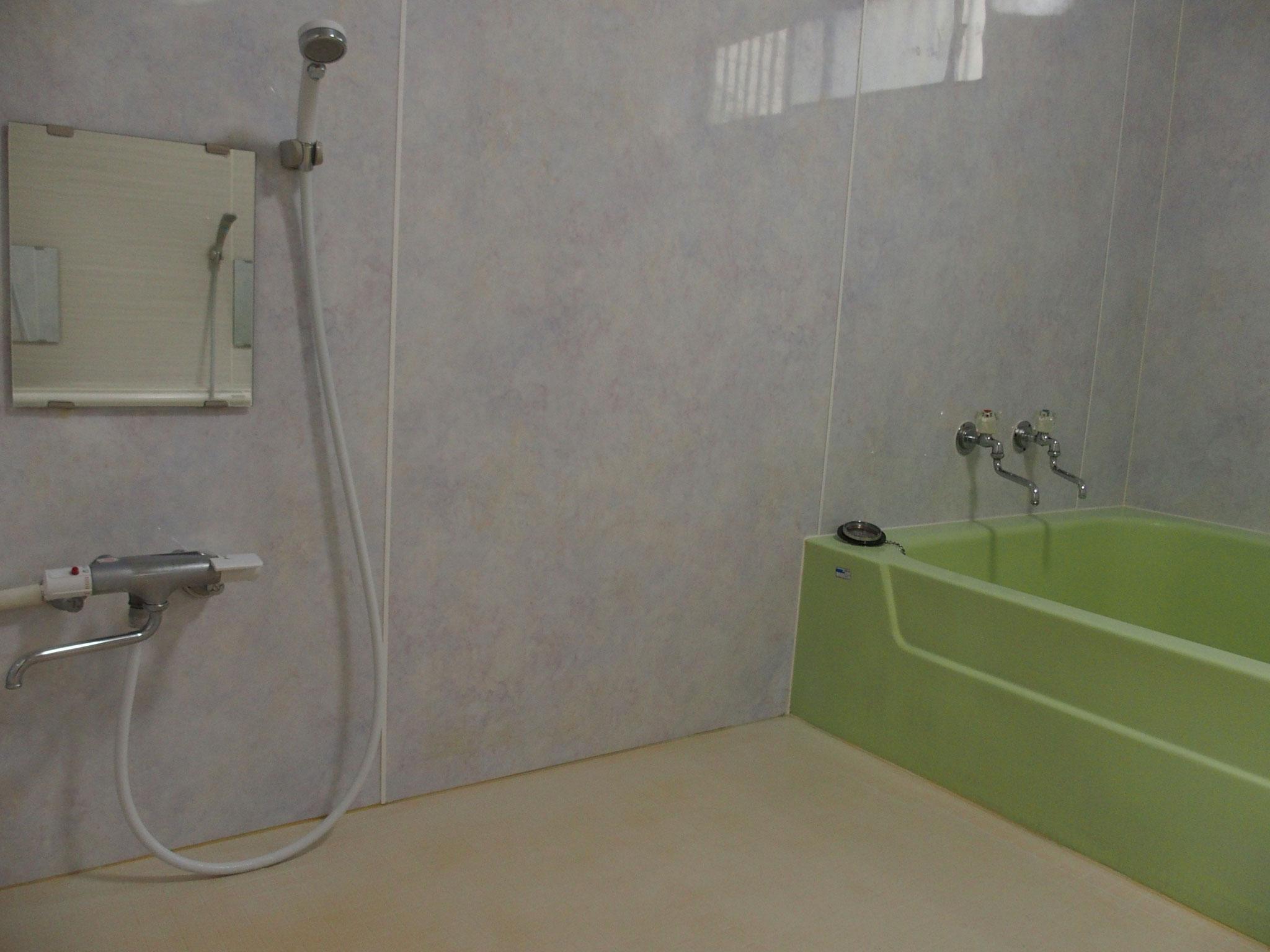 3人入っても足が伸ばせる広々とした浴槽