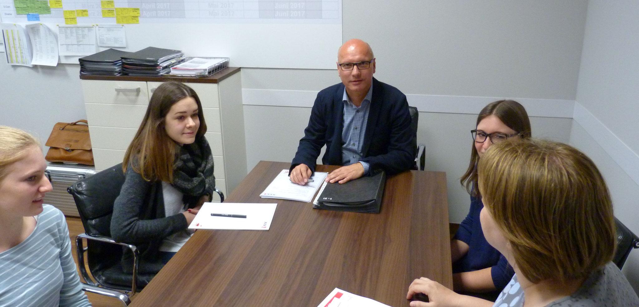Joachim Lörzer mit seinem Team beim täglichen Abstimmungsgespräch.