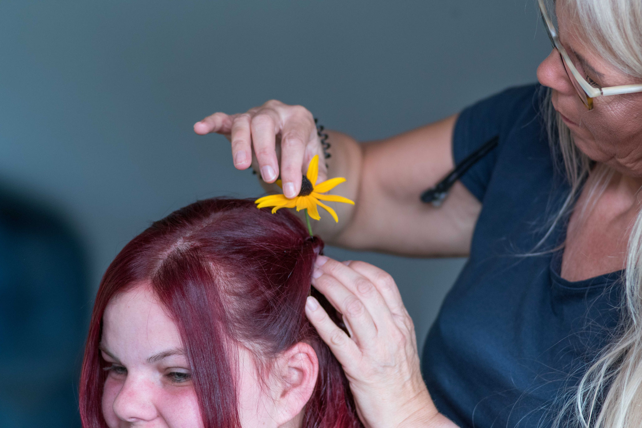 Noch schnell eine Blume aus dem Garten ins Haar....