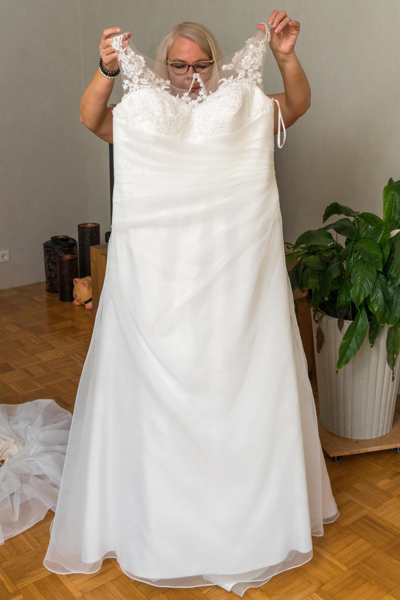 Bente nichtet _Sinas Brautkleid, währenddessen.....