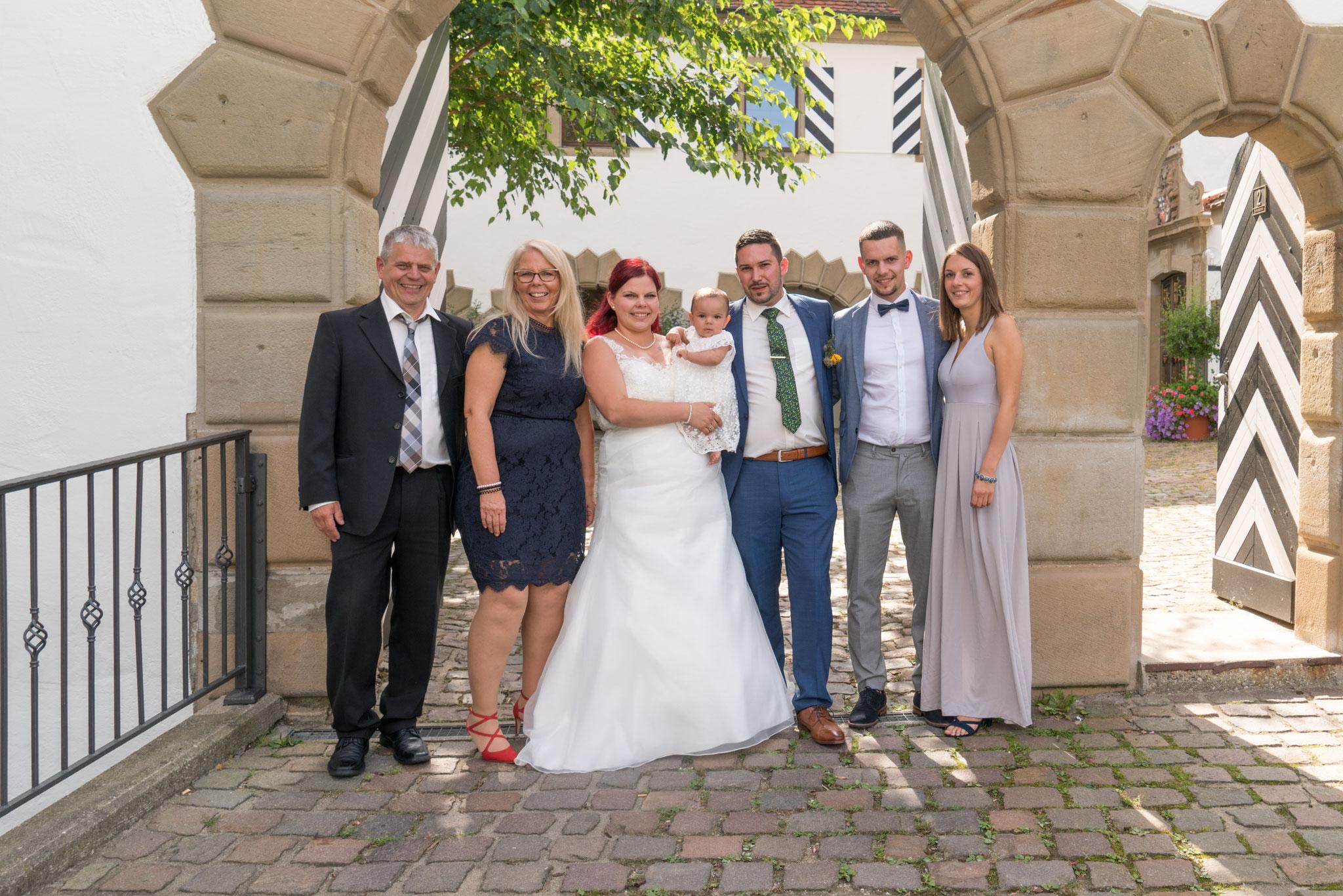 Familie Wehrbach und die frisch verheirateten Schneiders.