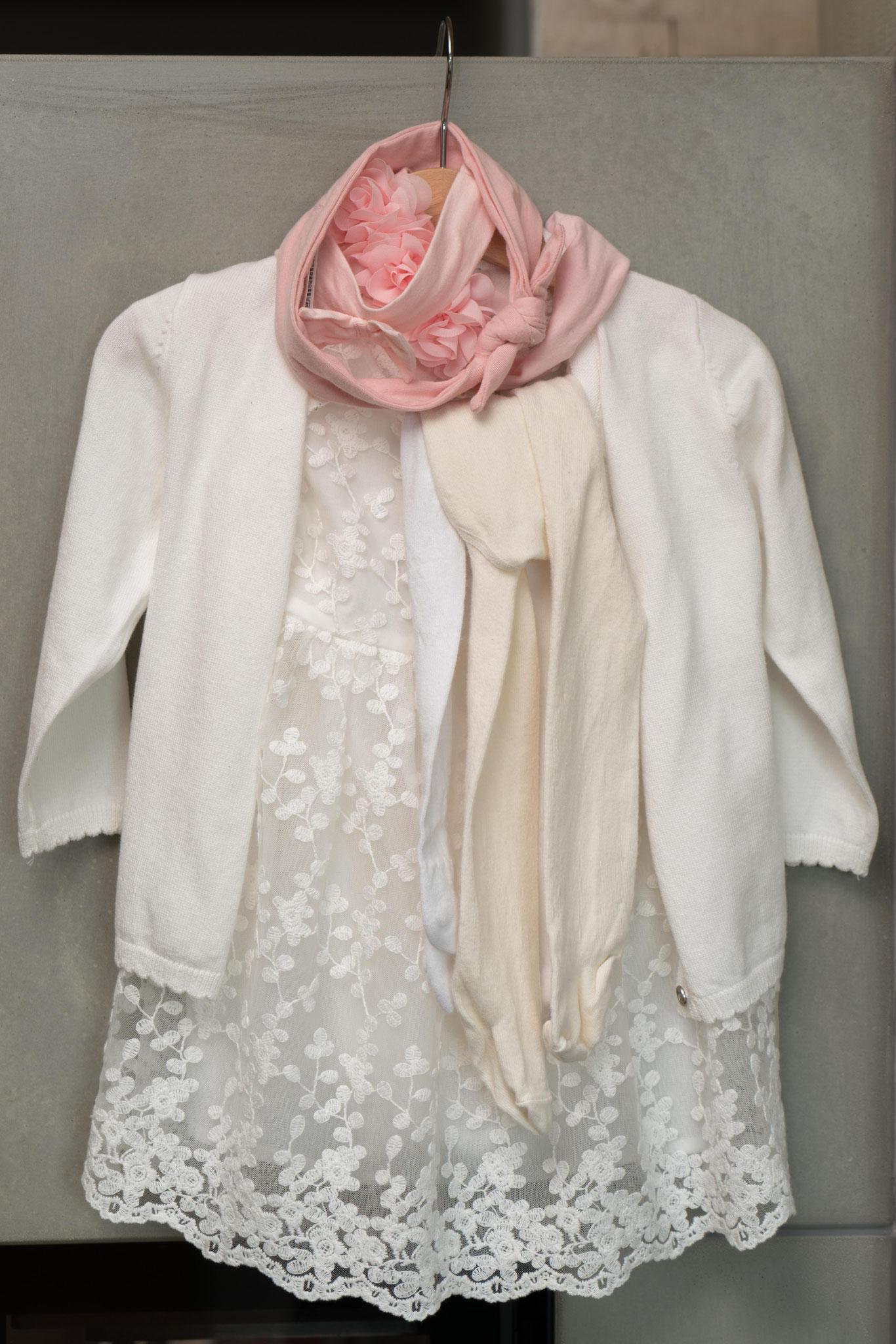 Das Kleidchen für Tochter Lilly, deren Taufe heute im Anschluss an die Trauung noch stattfindet.