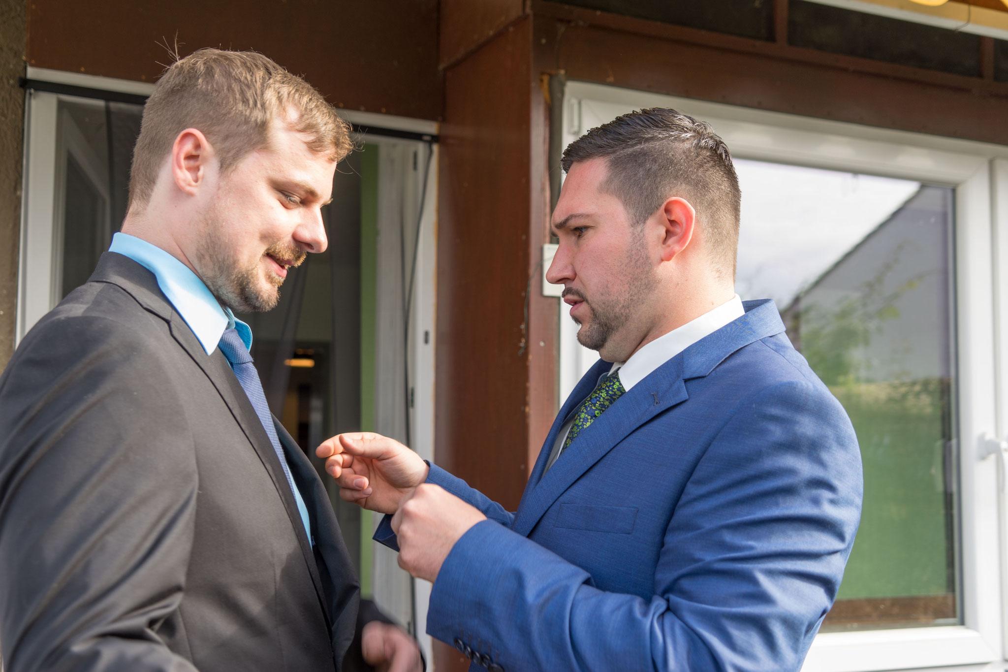 ja, der Knoten der Krawatte schon, aber der Kragen sollte noch gerichtet werden.