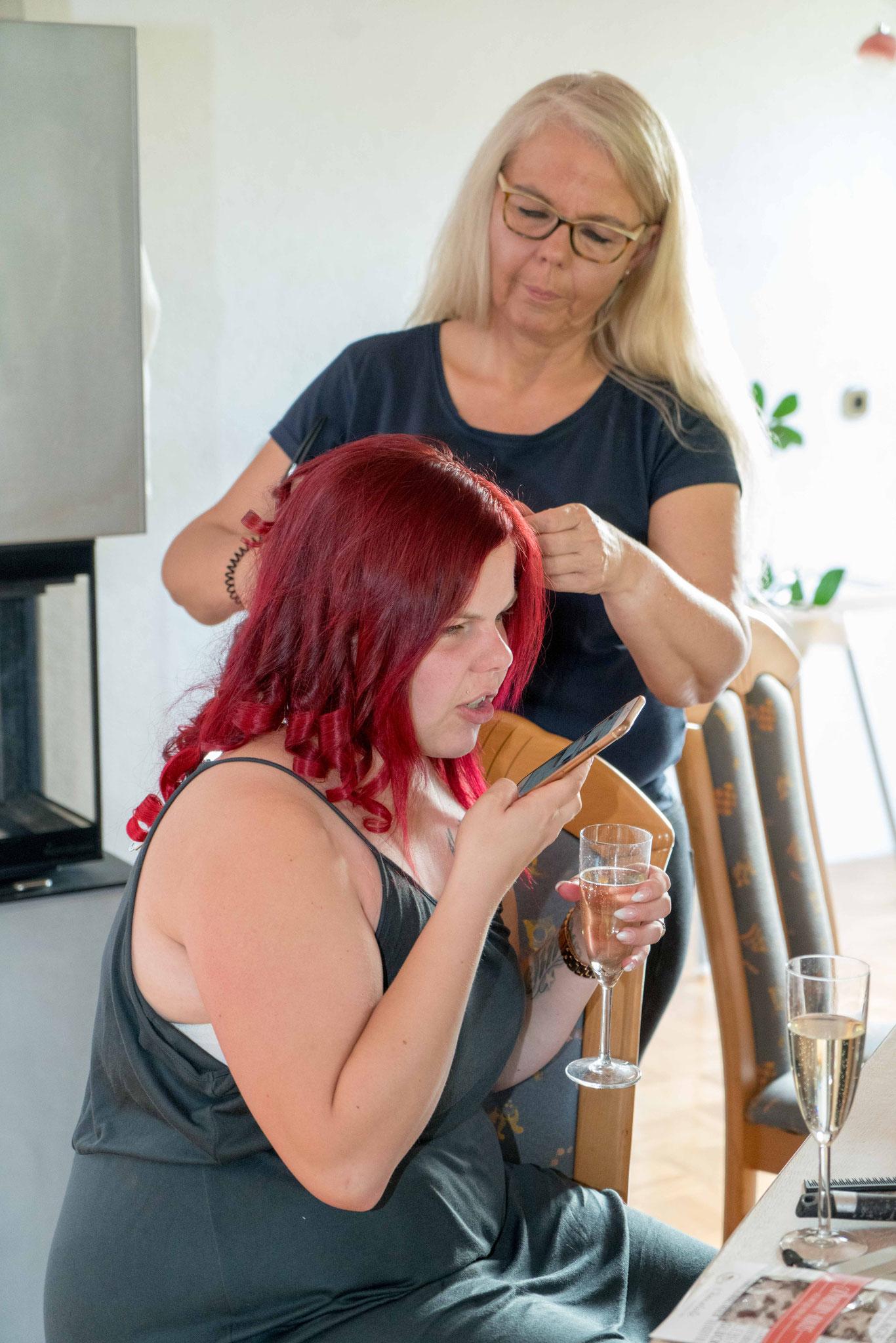 währenddessen arbeitet Mama Bente (Friseurmeisterin mit eigenem Salon) weiter an der Lockenpracht
