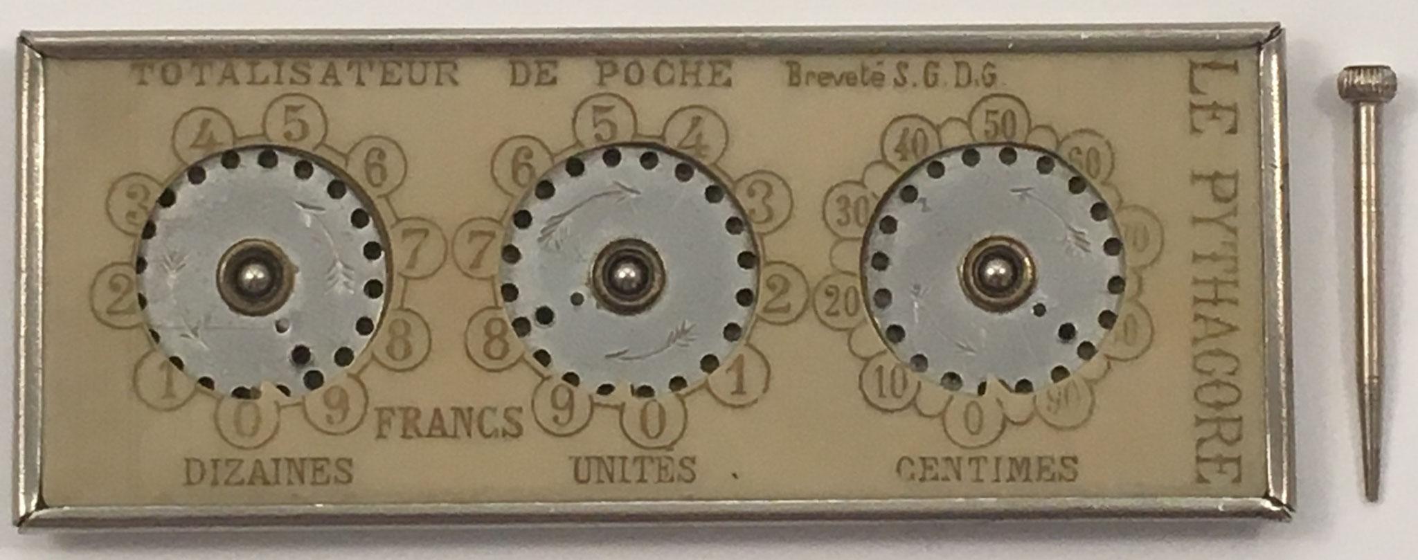 """Aparato de contabilidad THE PYTHAGORE, """"totalisateur de poche"""" con punzón,  Breveté S.G.D.G, fabricado en Francia, 10.5x4 cm"""