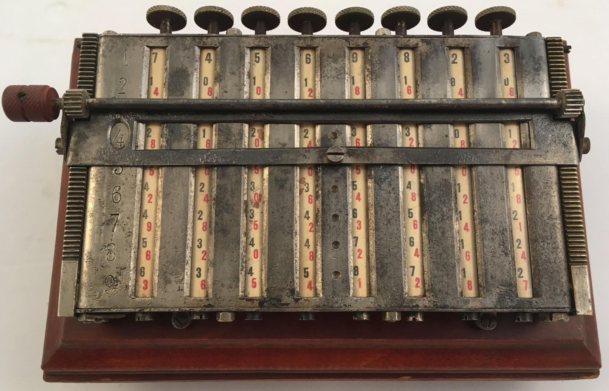 MULDIVI, ejemplar 1, con 8 cilindros multiplicativos de Napier de 10 caras cada uno, hecho en Francia hacia 1920, 22x14x9 cm
