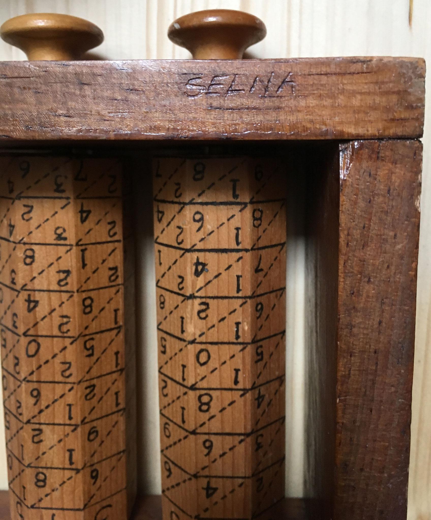 """El ábaco lleva inscrita la palabra """"SELNA"""". Cada rodillo mide 19x4 cm"""