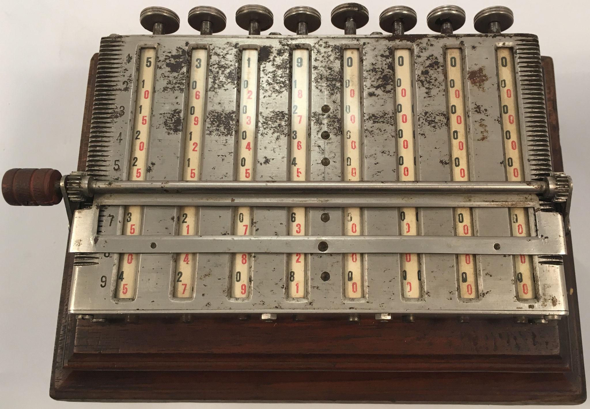 MULDIVI, ejemplar 2, con 8 cilindros multiplicativos de Napier de 10 caras cada uno, hecho en Francia hacia 1920, 22x14x9 cm