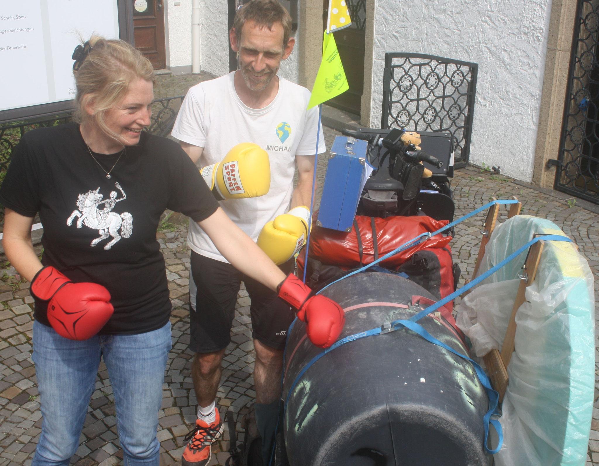 Die Windecker Bürgermeisterin Alex Gauß kickt die CO2-Tonne