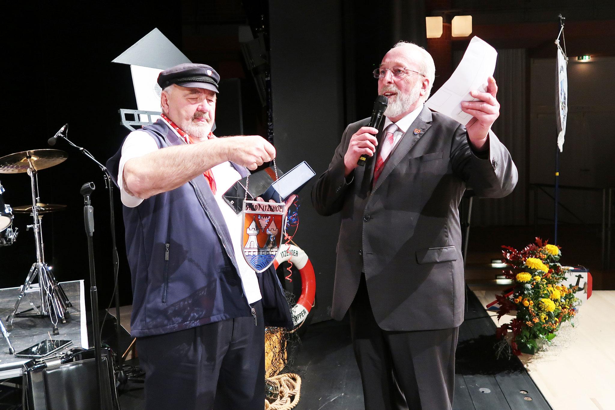 Gerhard Bellgardt li , und Bürgervorsteher (Bürgermeister) Heinz Köhnke