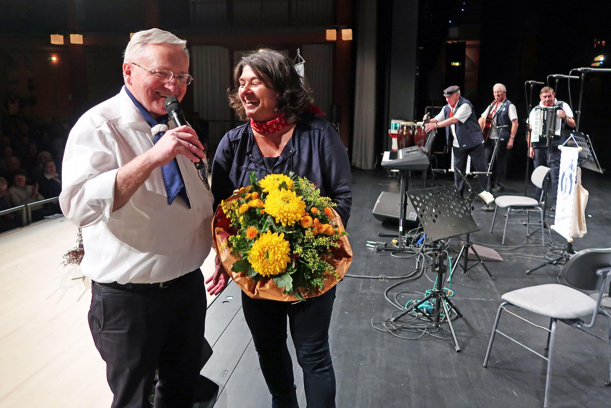 Unsere Musikalische Leiterin Silke Bolz, hat einen Blumenstrauß bekommen.