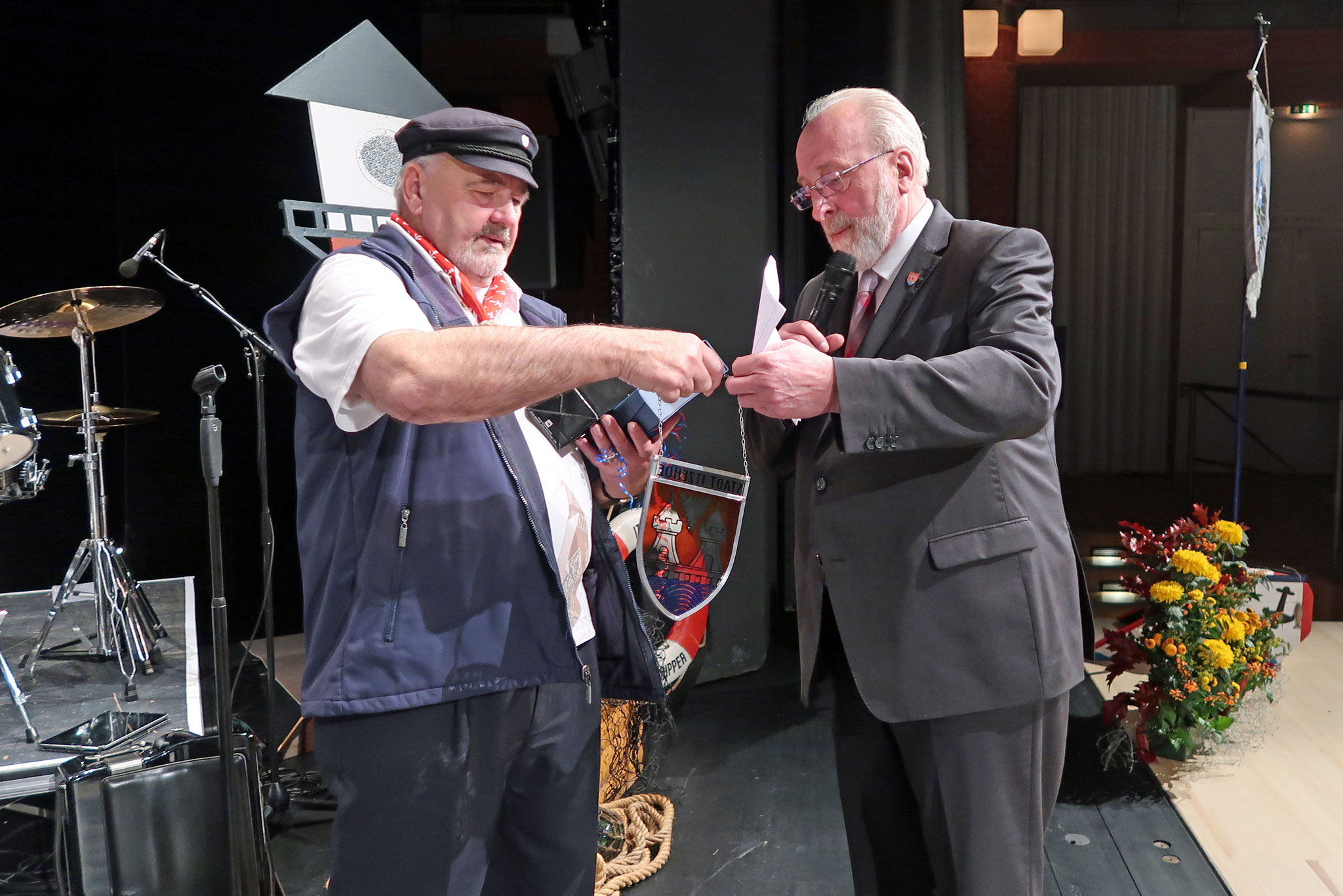 Bürgervorsteher (re.) überreichte  unseren Vorsitzenden ein Wapper der Stadt Itzehoe