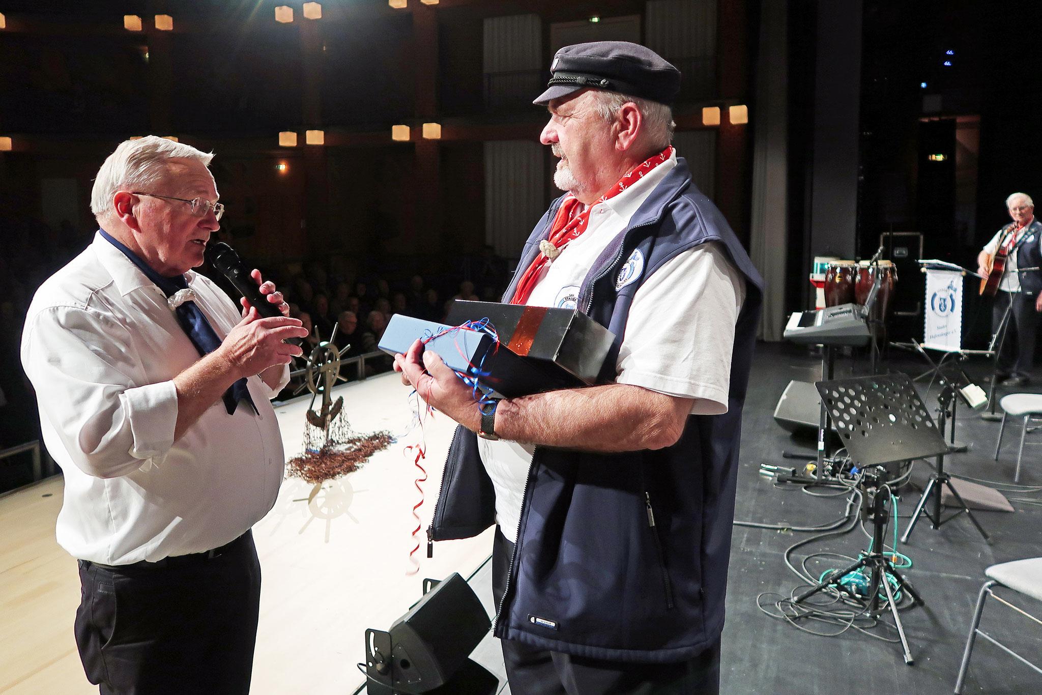 """Gerhard Bellgardt (re.)  mit Gerd Biermacher 1. Vorsitzender vom Shantychor """"Itzehoer Störschipper"""""""