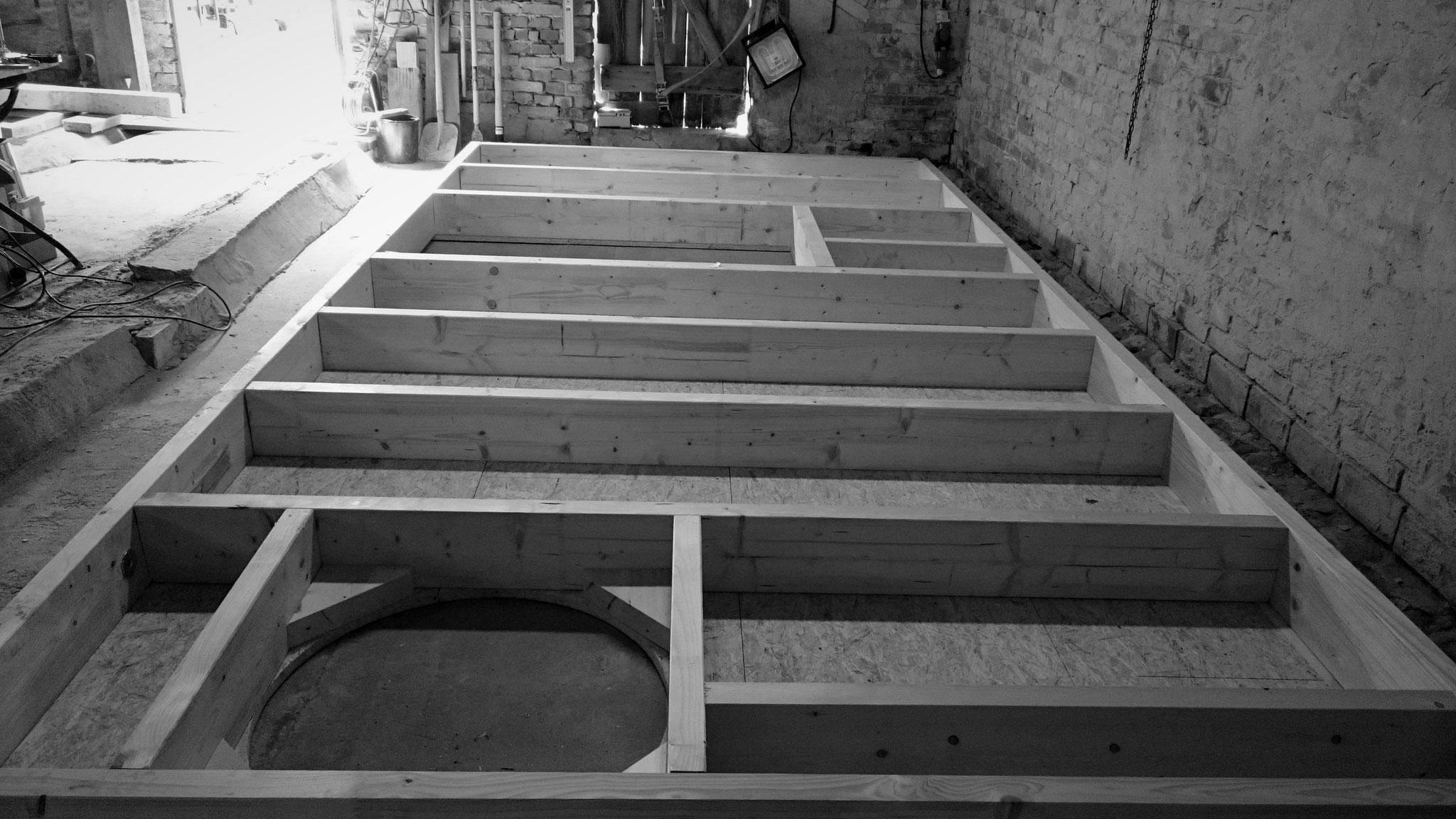 Abbund der Holzrahmenbauwände wetterunabhänig unter Dach