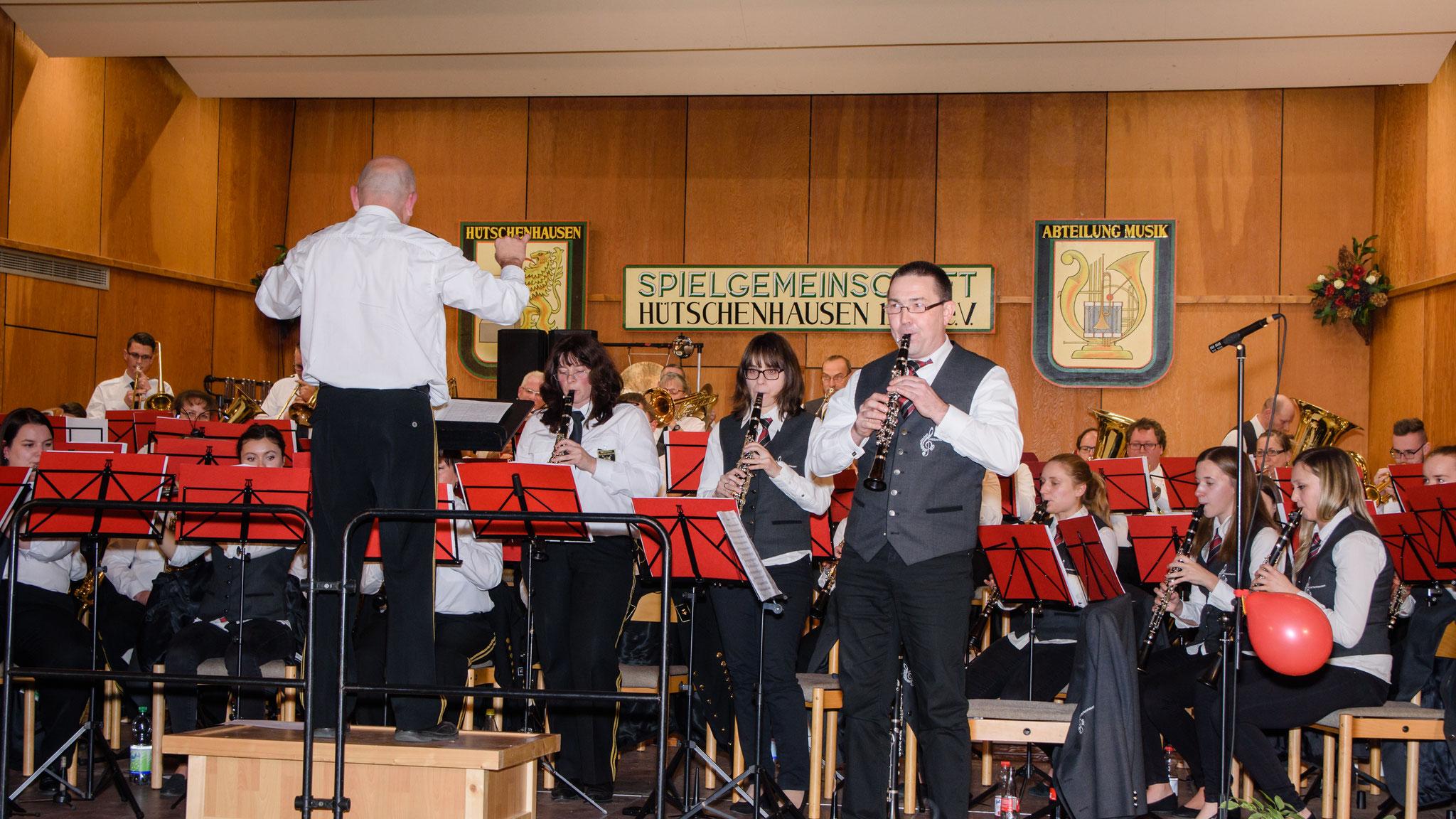 """Unsere ersten Klarinetten spielten beim Stück """"Marschkonfetti"""" einige Teile im Stehen."""