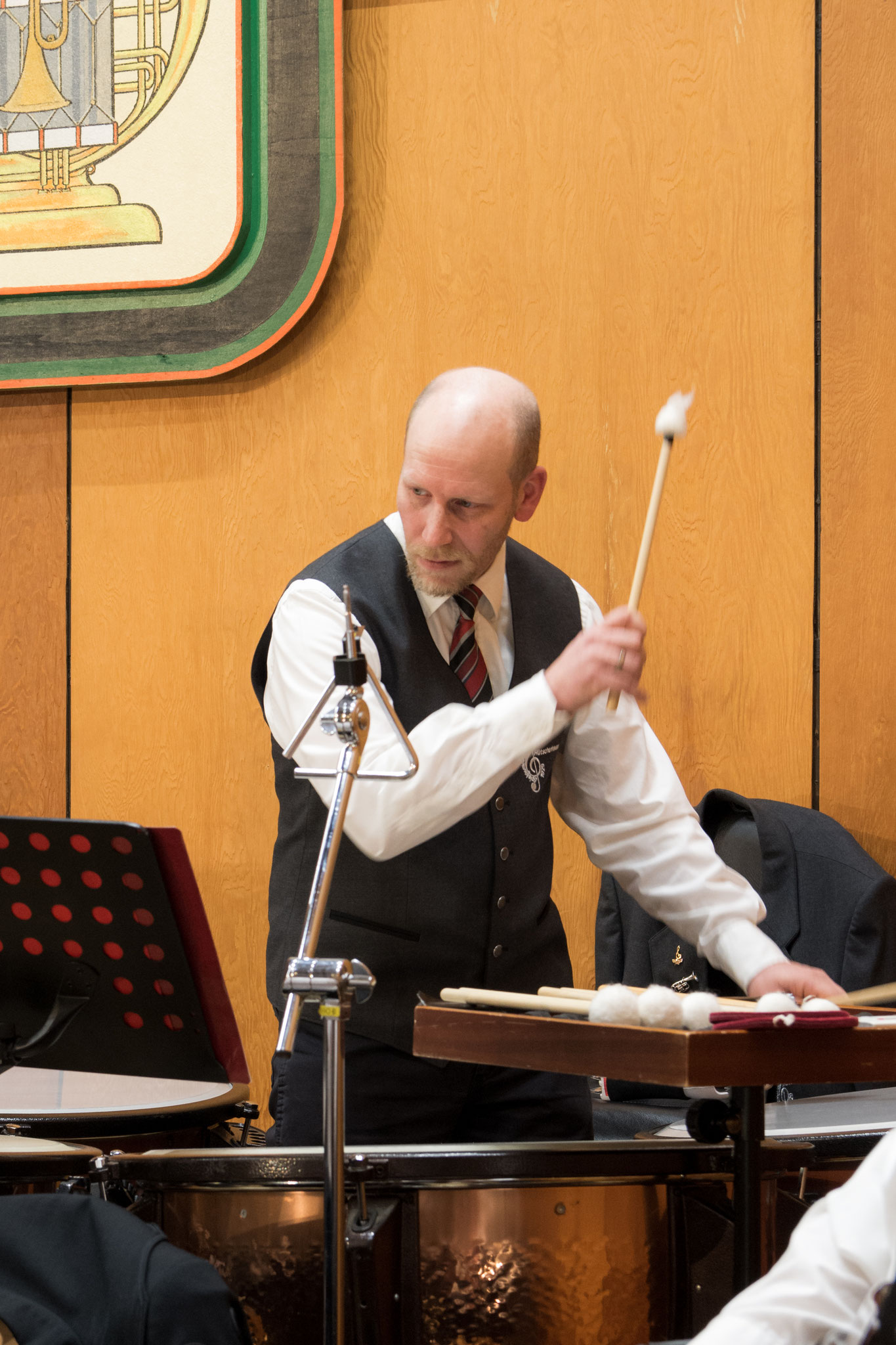 Thomas spielt an diesem Konzert Pauke statt sonst Tuba, aber auch das kann er wirklich gut.