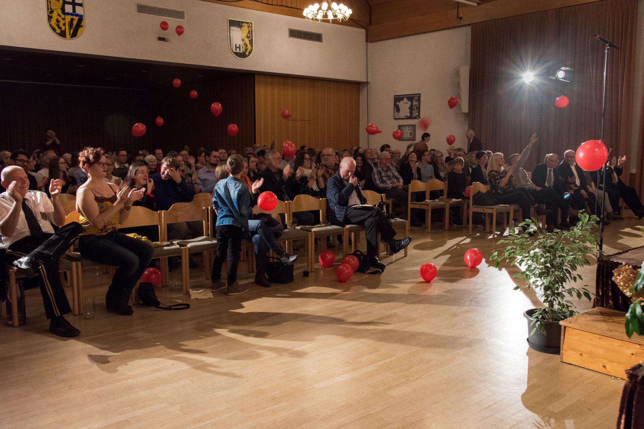 """Passend zum Stück """"99 Luftballons"""" von Nena wurden (etwas mehr als 99) Luftballons auf ihre Reise zum Publikum geschickt."""