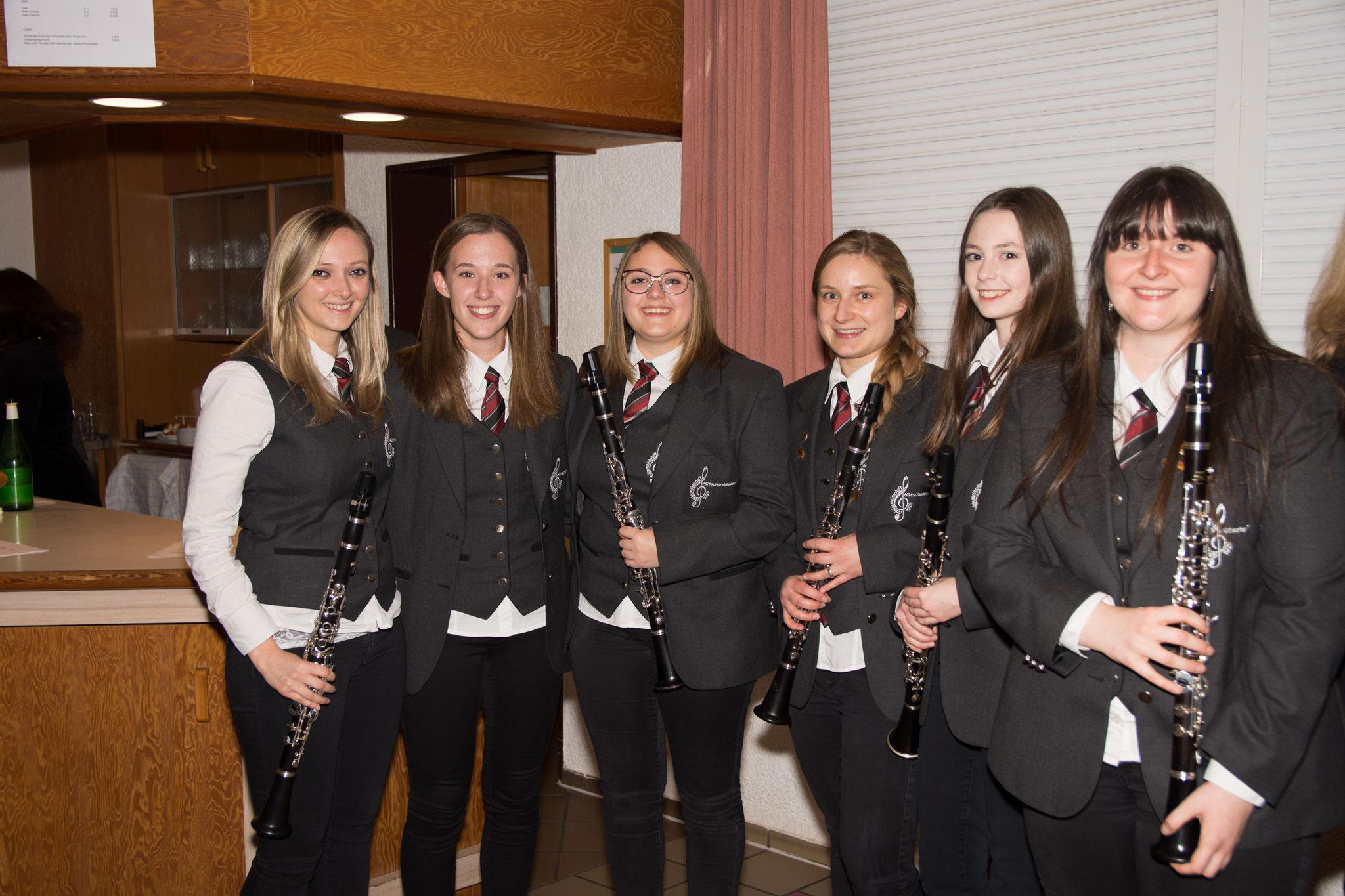 Hanna, Jessica, Tabea, Laura, Maren und Kerstin spielen alle Klarinette in der Spielgemeinschaft Hütschenhausen