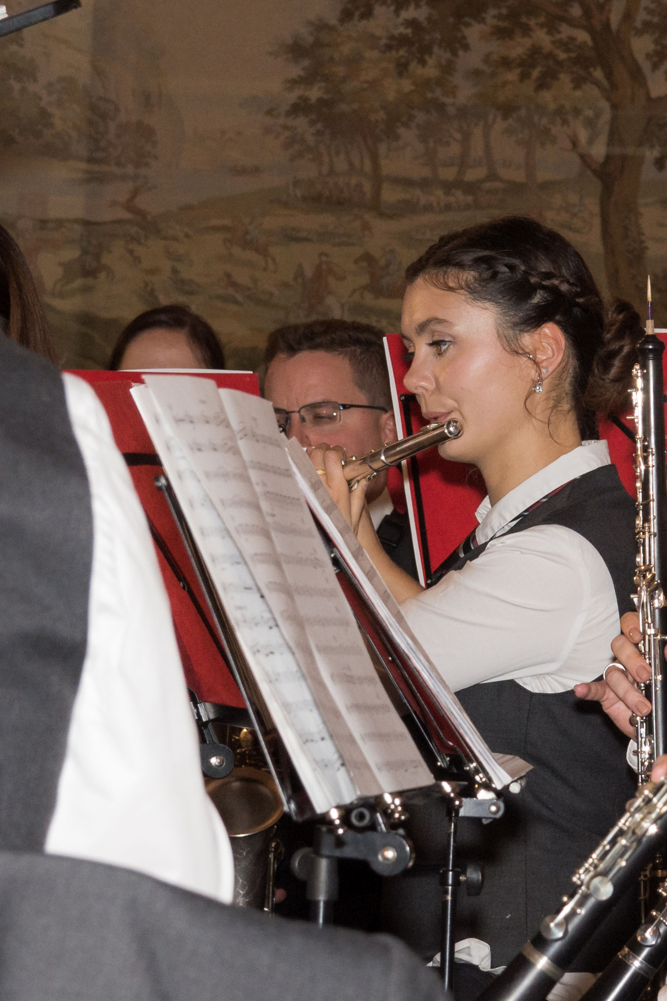 Auch Melanie aus der Spielgemeinschaft Hütschenhausen spielt konzentriert an der Querflöte.