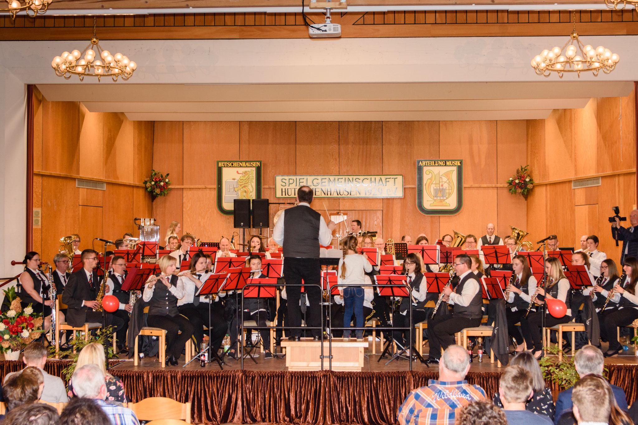 Unser Konzertabend startet mit über 60 Musikerinnen und Musikern im Bürgerhaus Hütschenhausen.