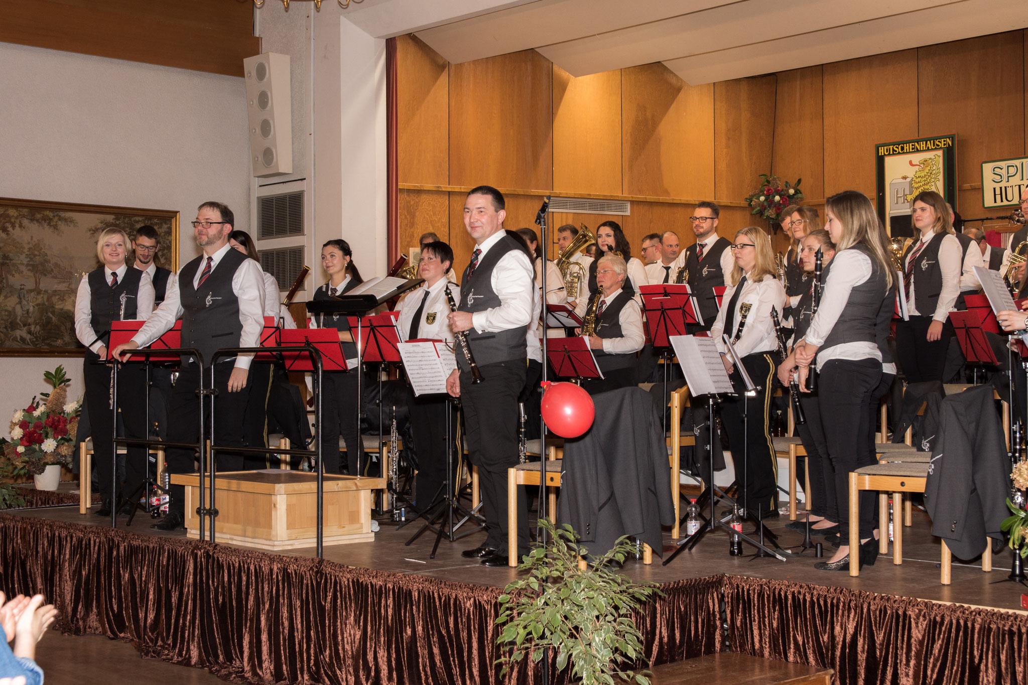 Zum Ende des Konzert gab es viel Applaus für die Musikerinnen und Musiker der beiden Orchester.