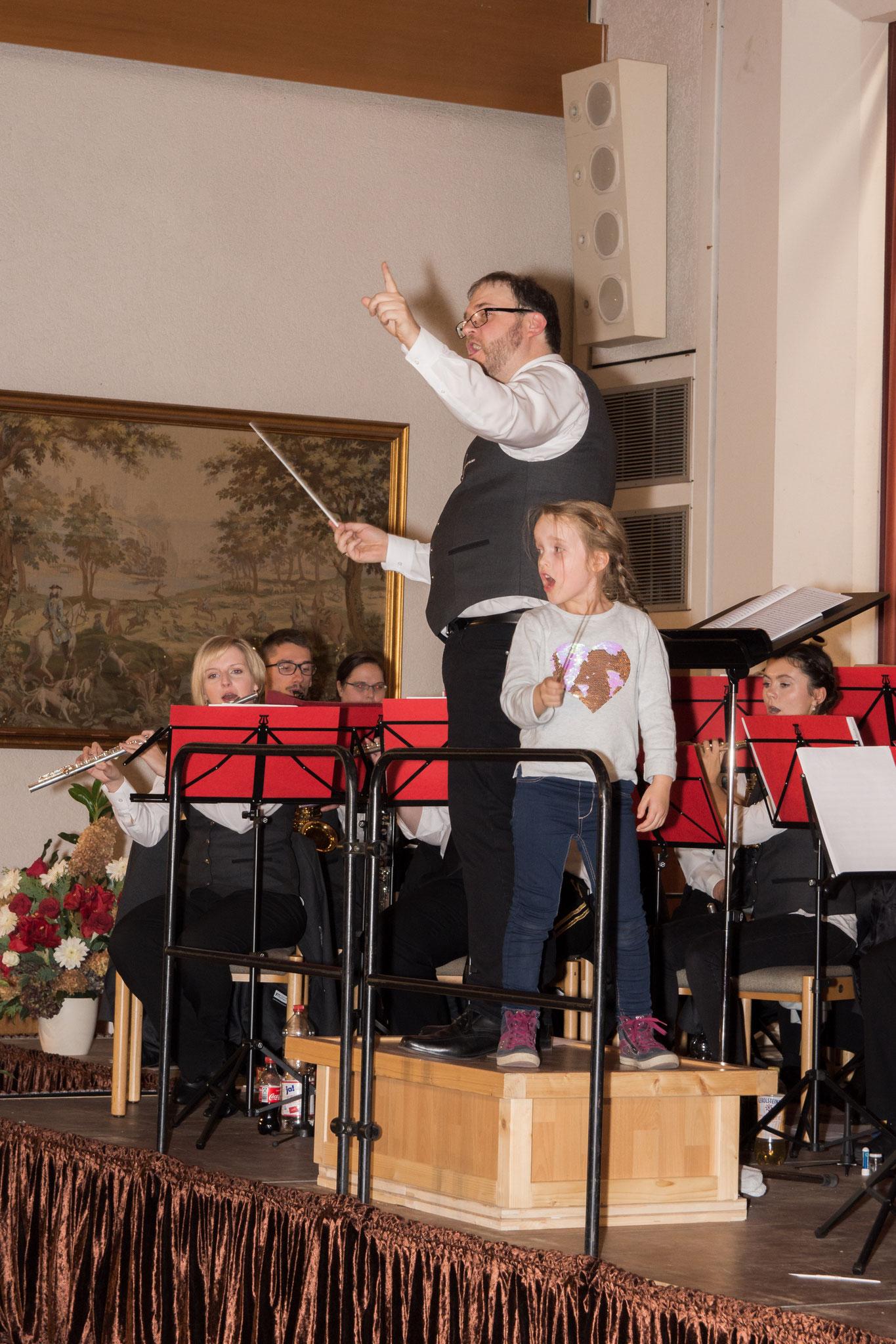 Auch die Tochter unseres Dirigenten durfte bei einer Zugabe mitdirigieren und die Zuschauer zum Mitsingen anregen.