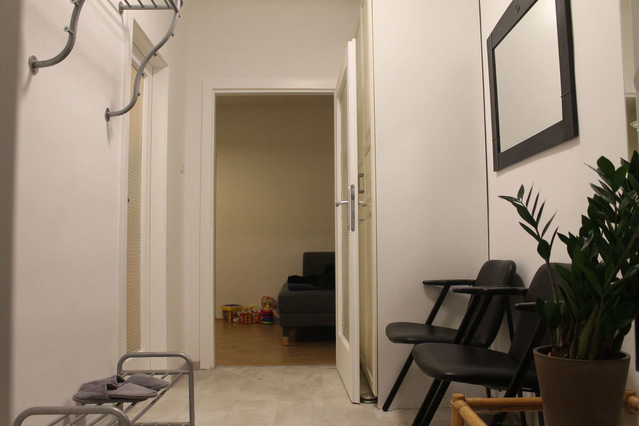 Blick von der Garderobe zum Praxisraum